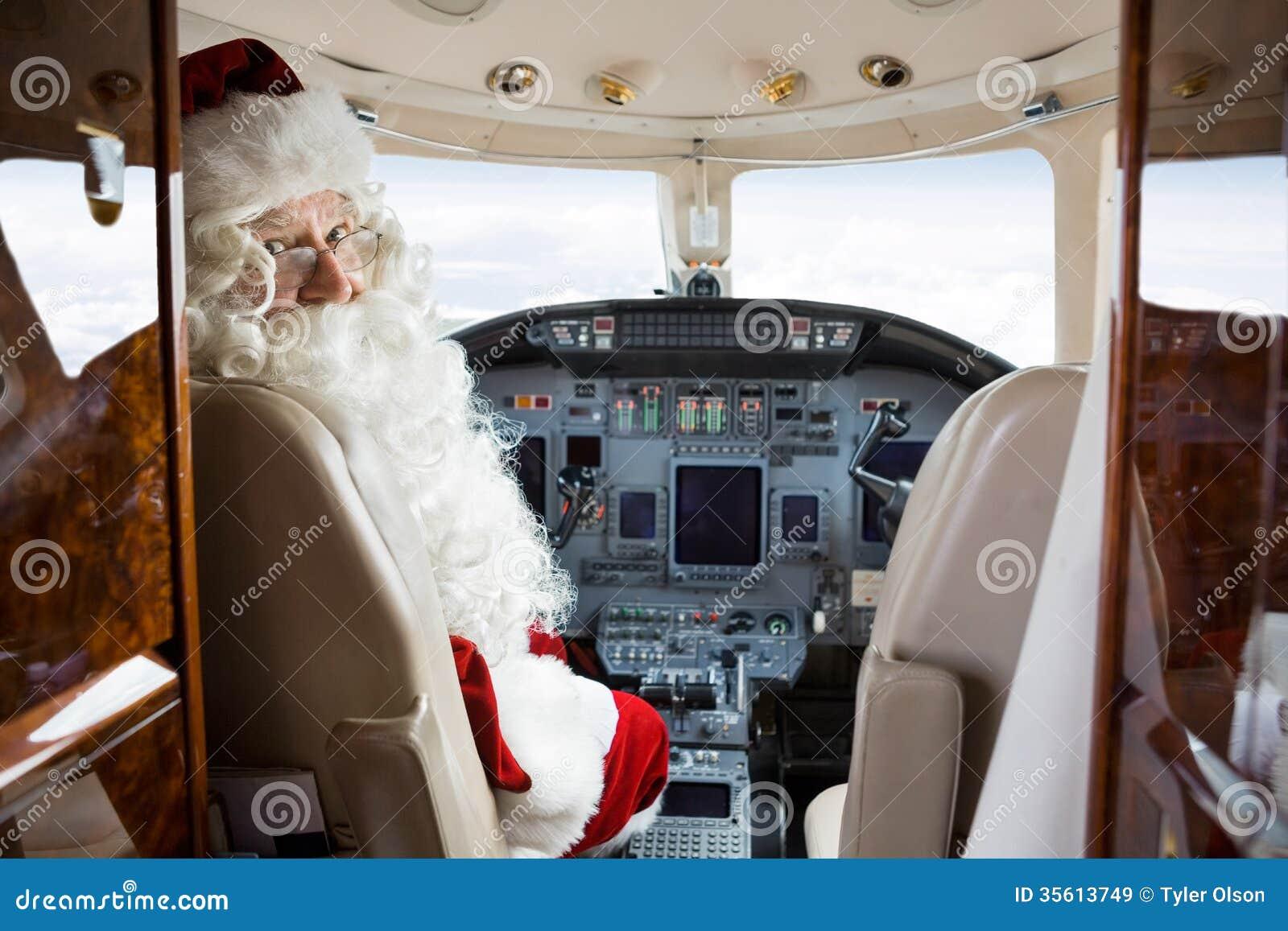 坐在私人喷气式飞机驾驶舱内的圣诞老人