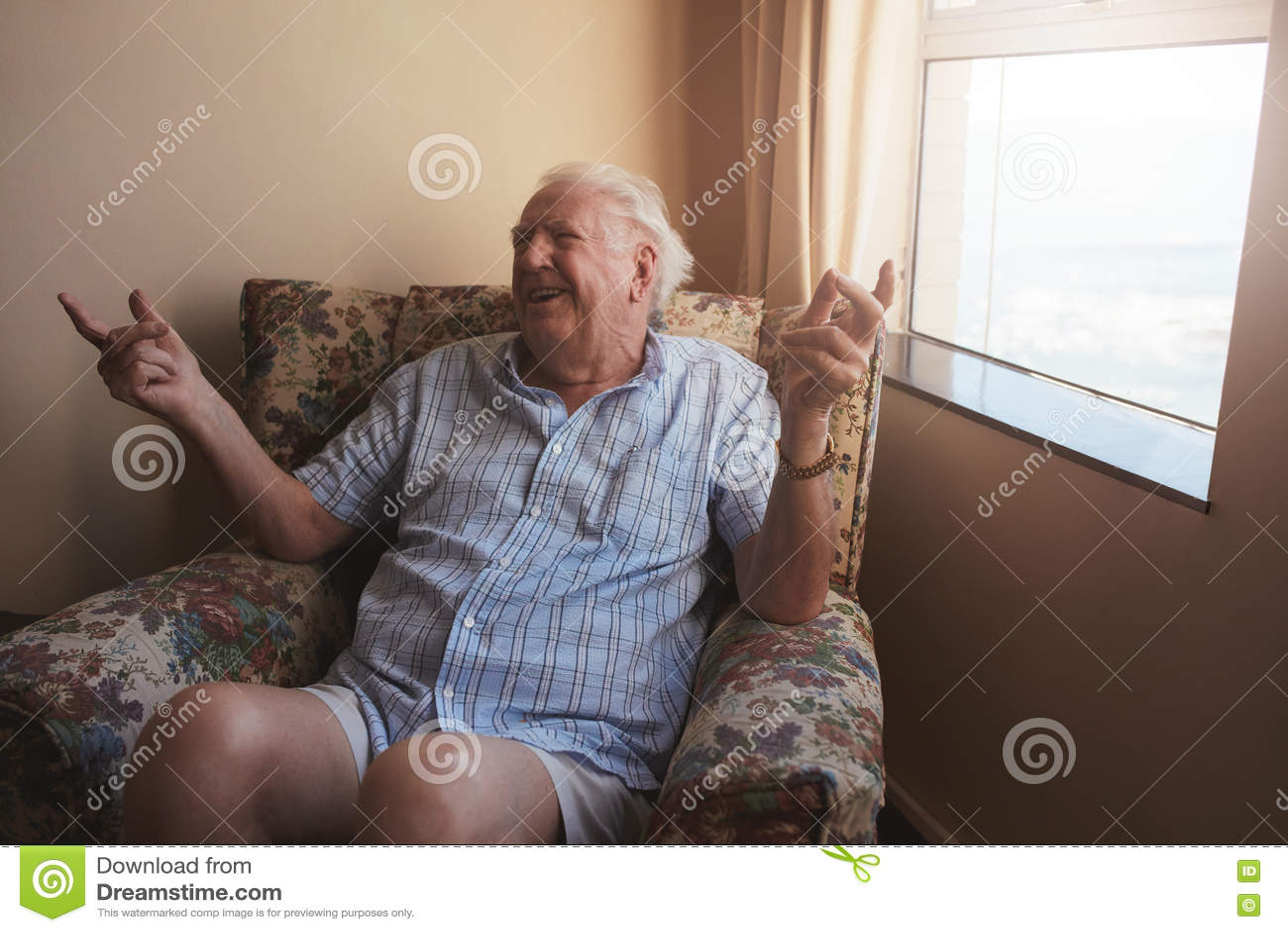 坐在胳膊椅子的老人