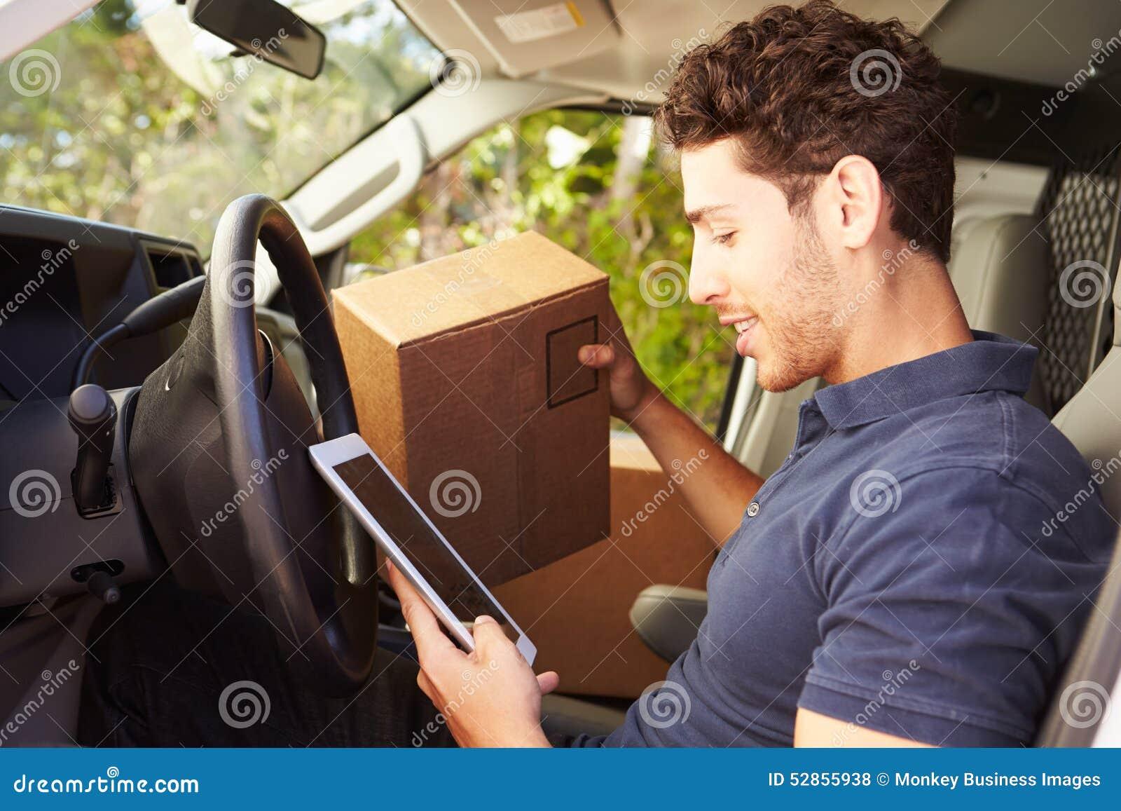 坐在范Using Digital片剂的交付司机