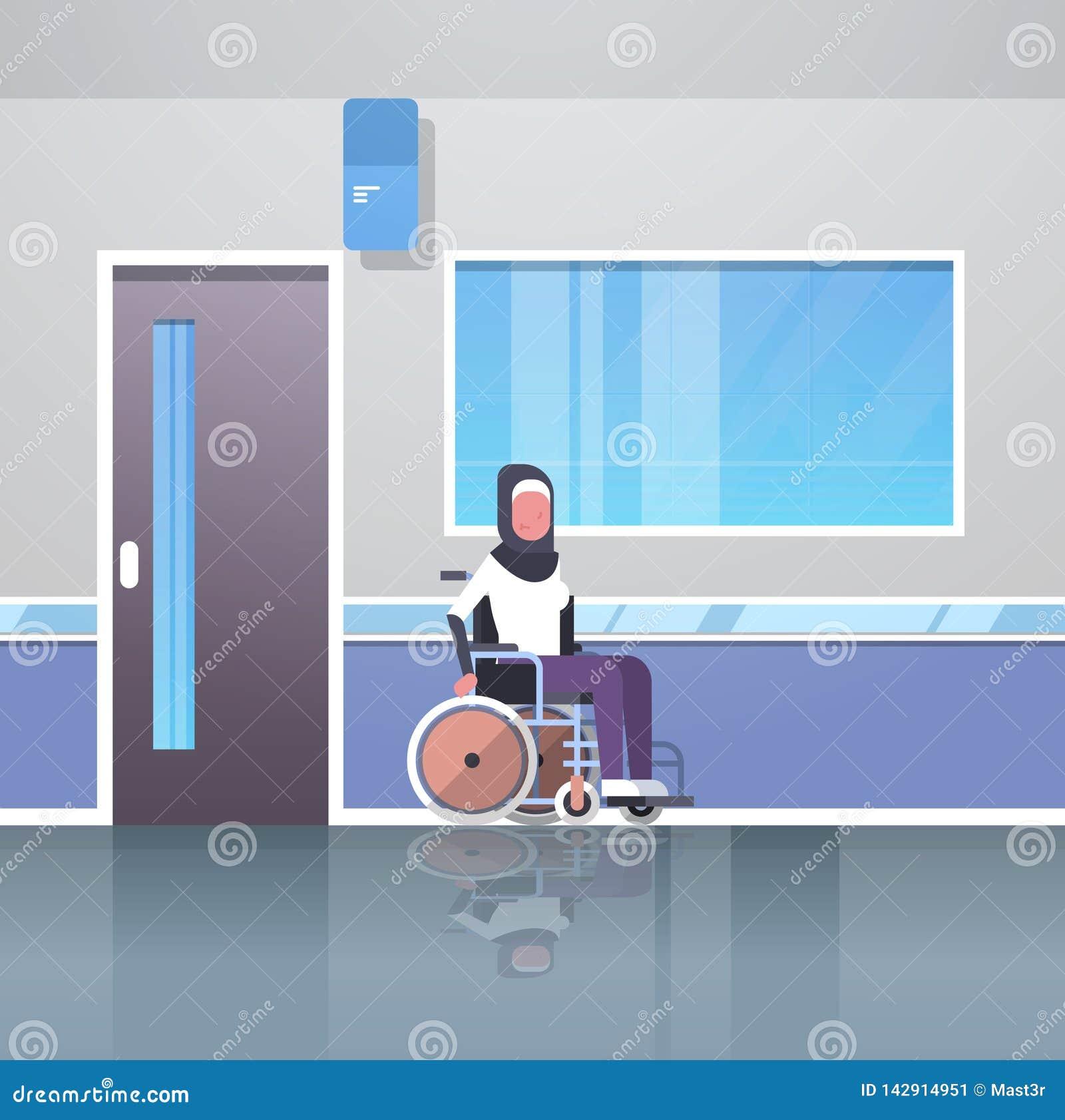 坐在轮椅事故伤残概念医院走廊大厅现代诊所的残疾阿拉伯妇女患者