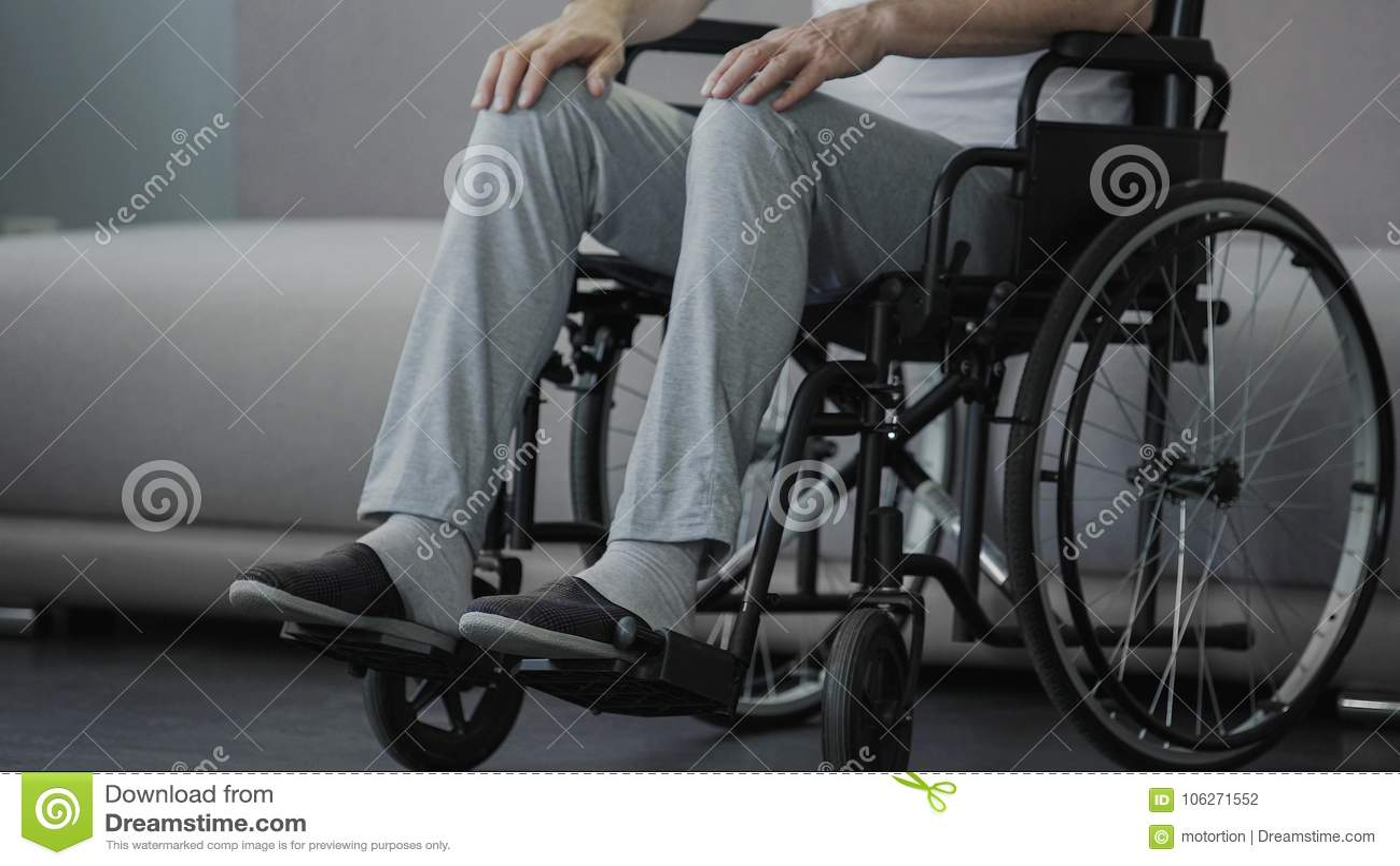 坐在轮椅和考虑生活,健康的悲哀孤独的老人