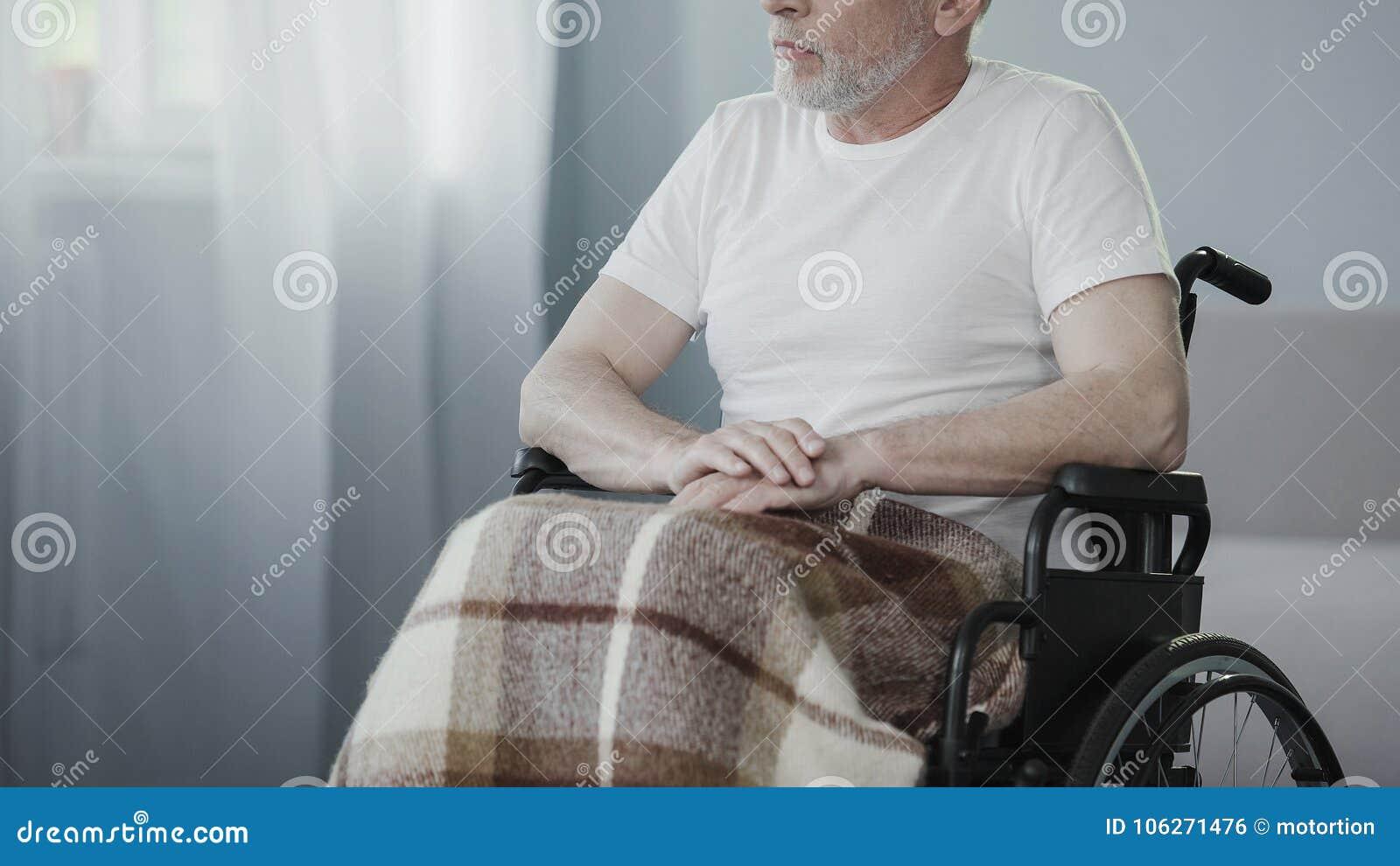 坐在轮椅的不适的资深人,考虑生活,人需要支持