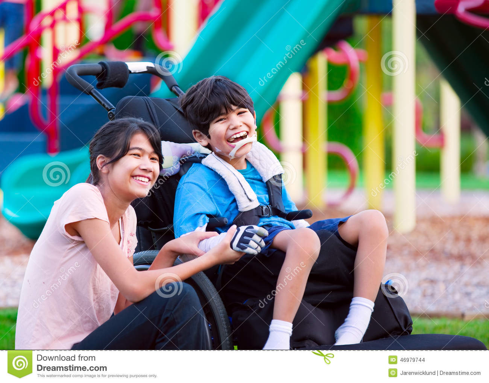 坐在轮椅的残疾兄弟旁边的姐妹在playgro