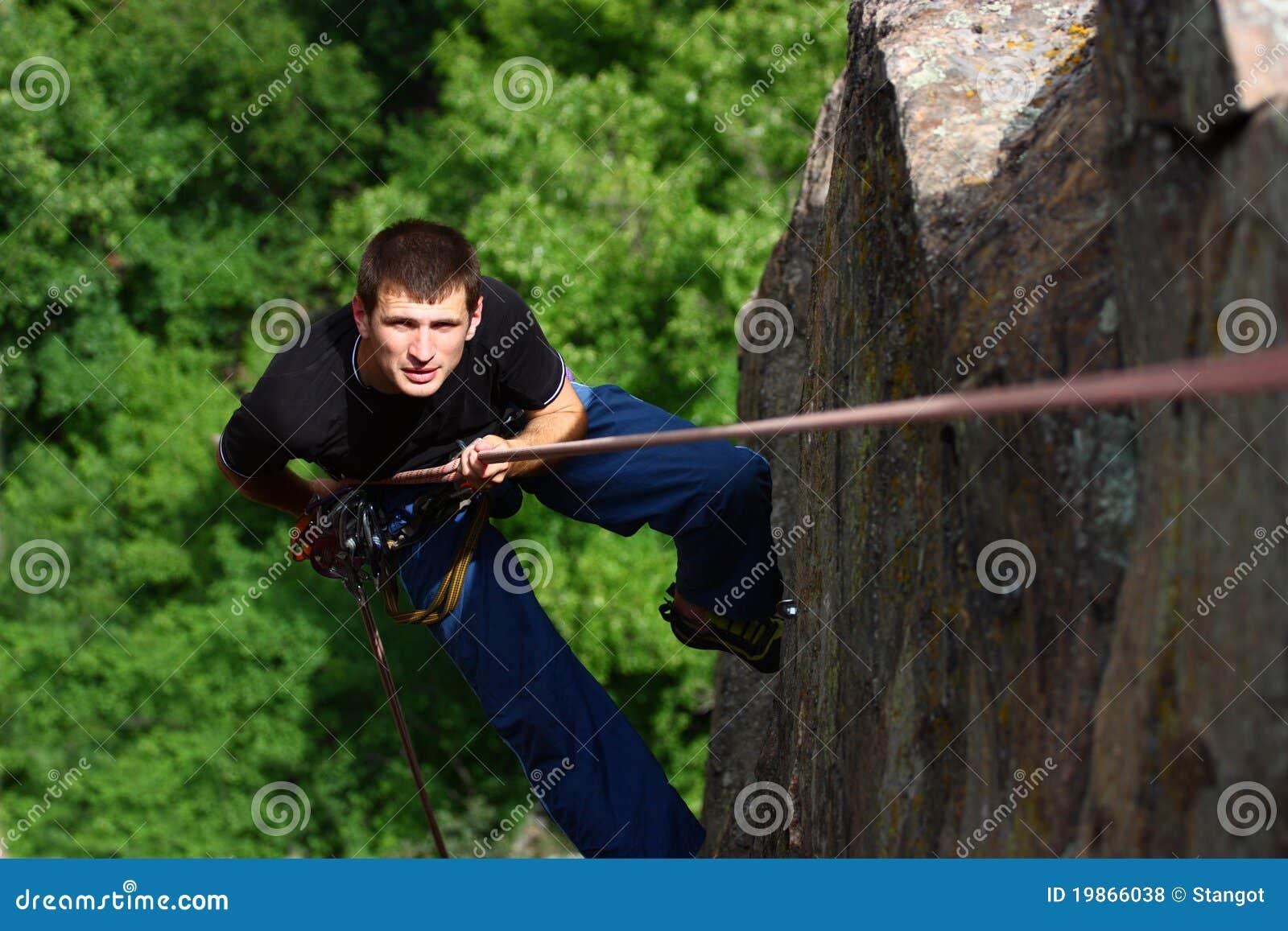 坐式下降法的登山人