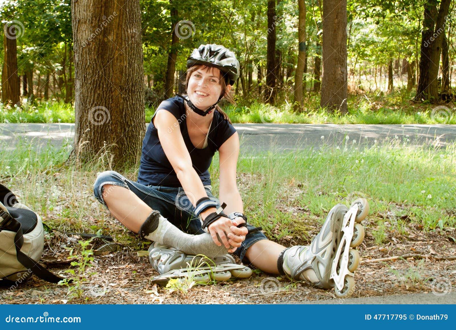 坐的溜冰鞋的少妇握脚