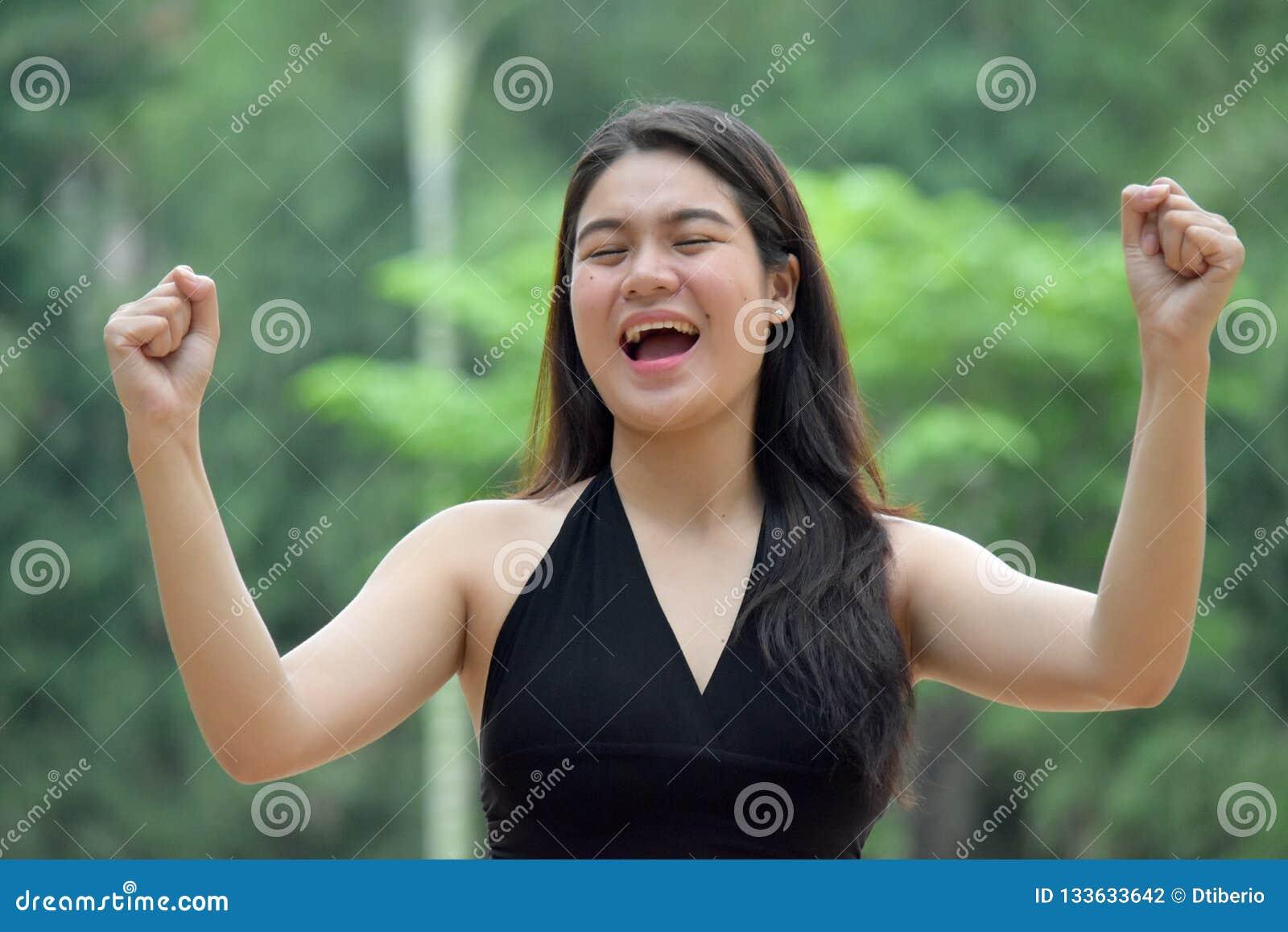 坚强的年轻菲律宾女人人