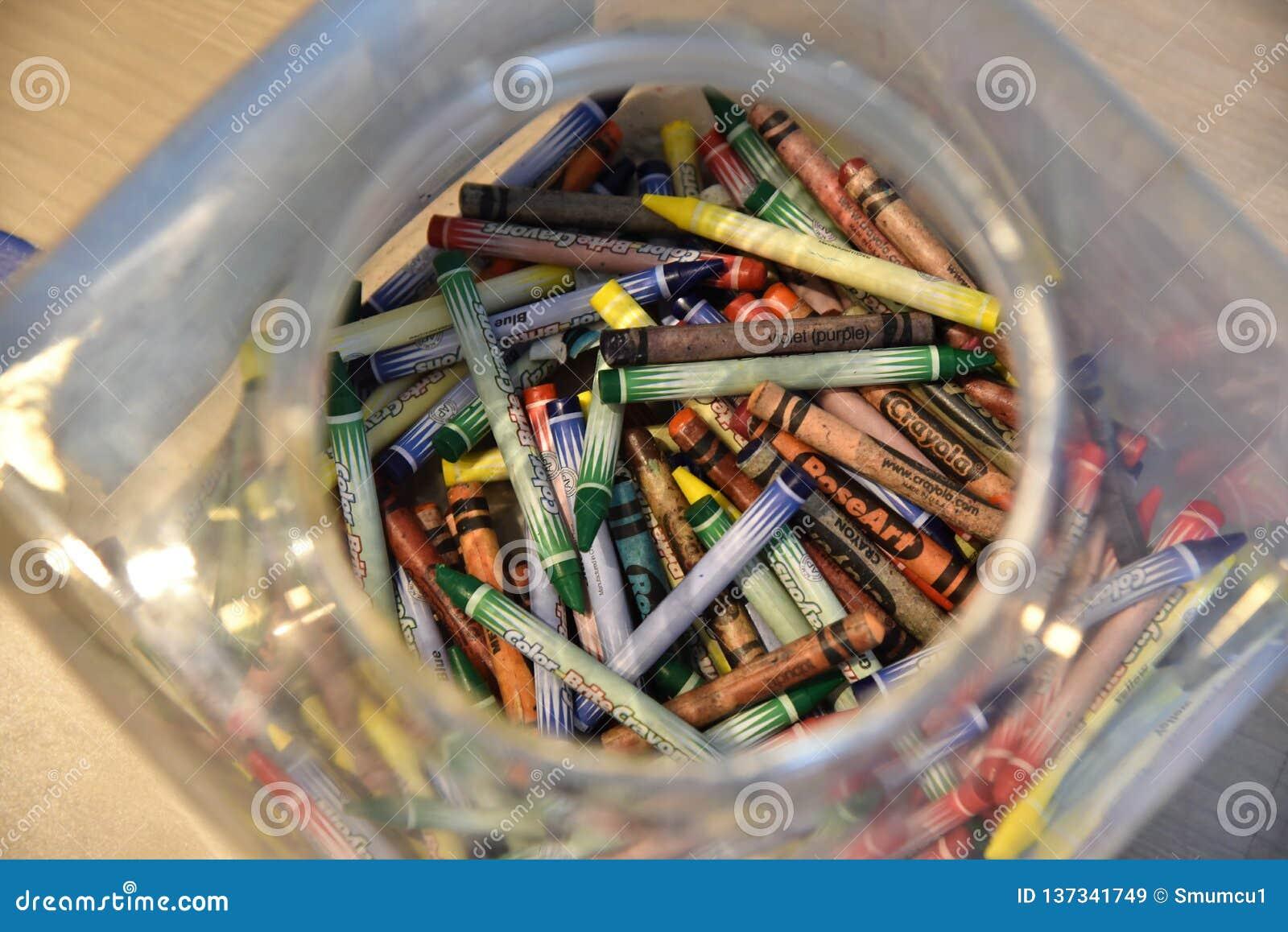 坦帕1月2019年,FL -一个塑料盒充满五颜六色的蜡笔