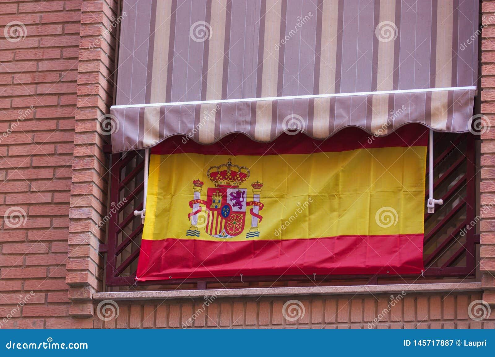 垂悬从阳台的西班牙旗子