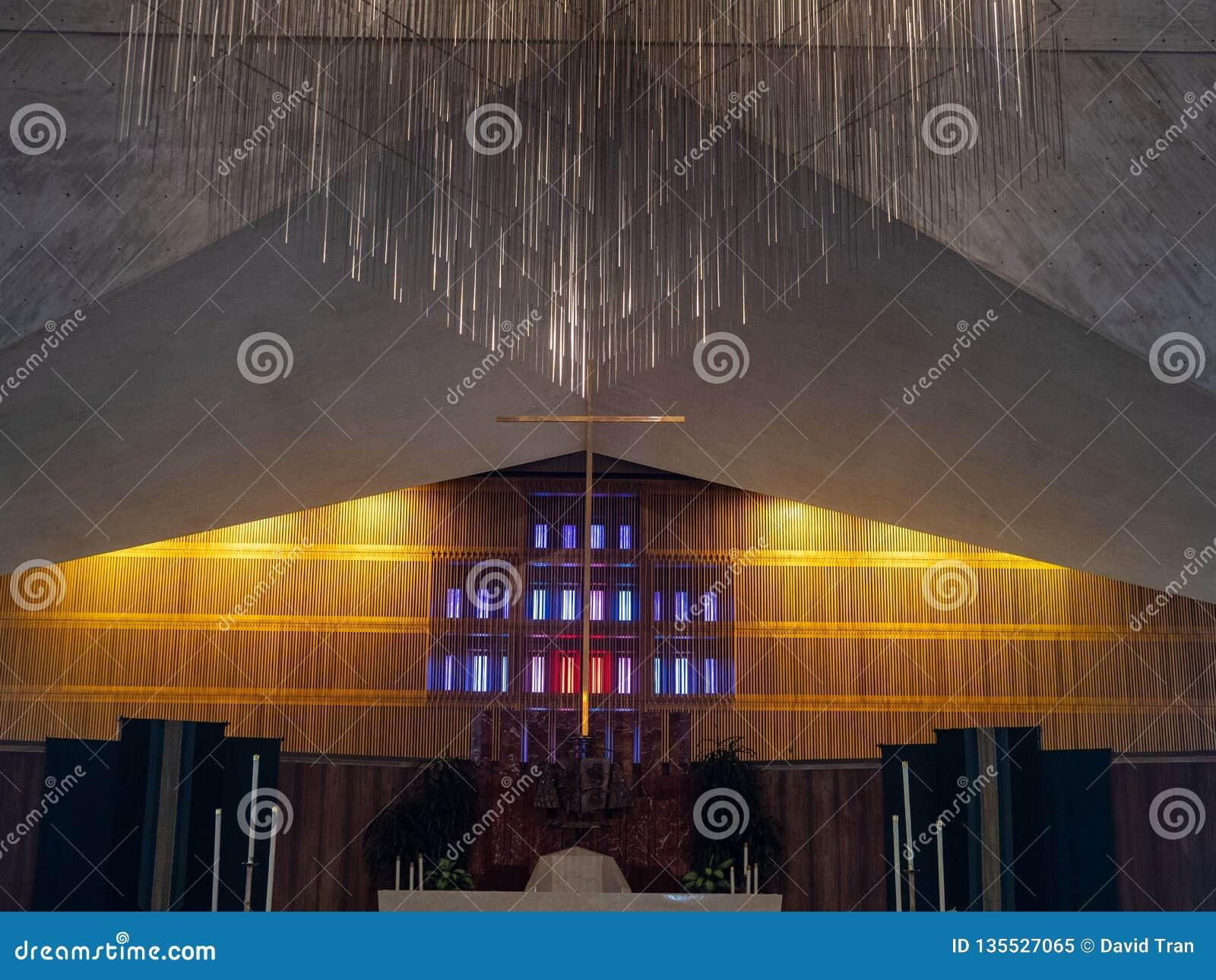 垂悬在假定的圣玛丽大教堂的中央发怒耶稣受难象