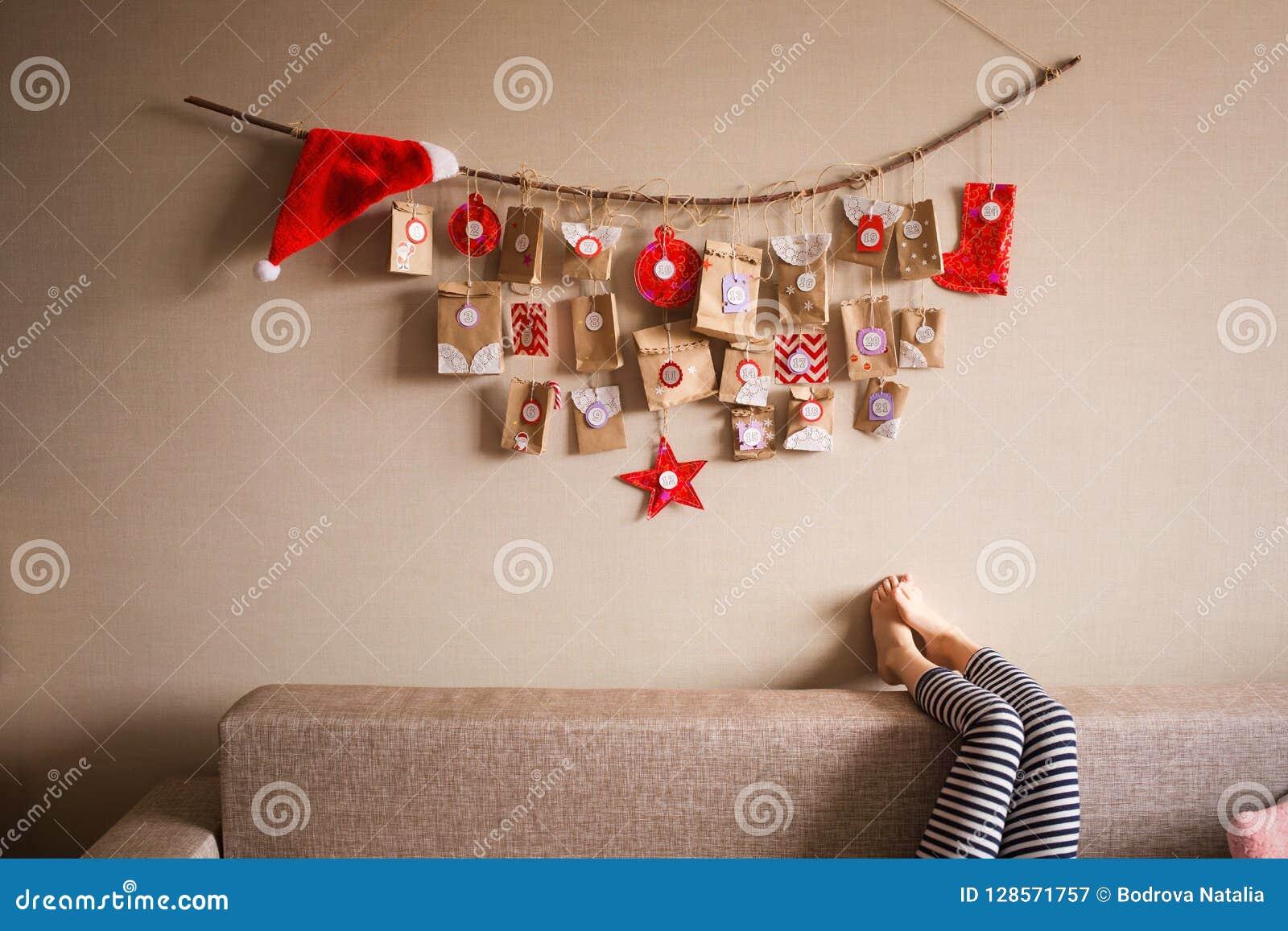 垂悬在墙壁上的出现日历 孩子的小礼物惊奇