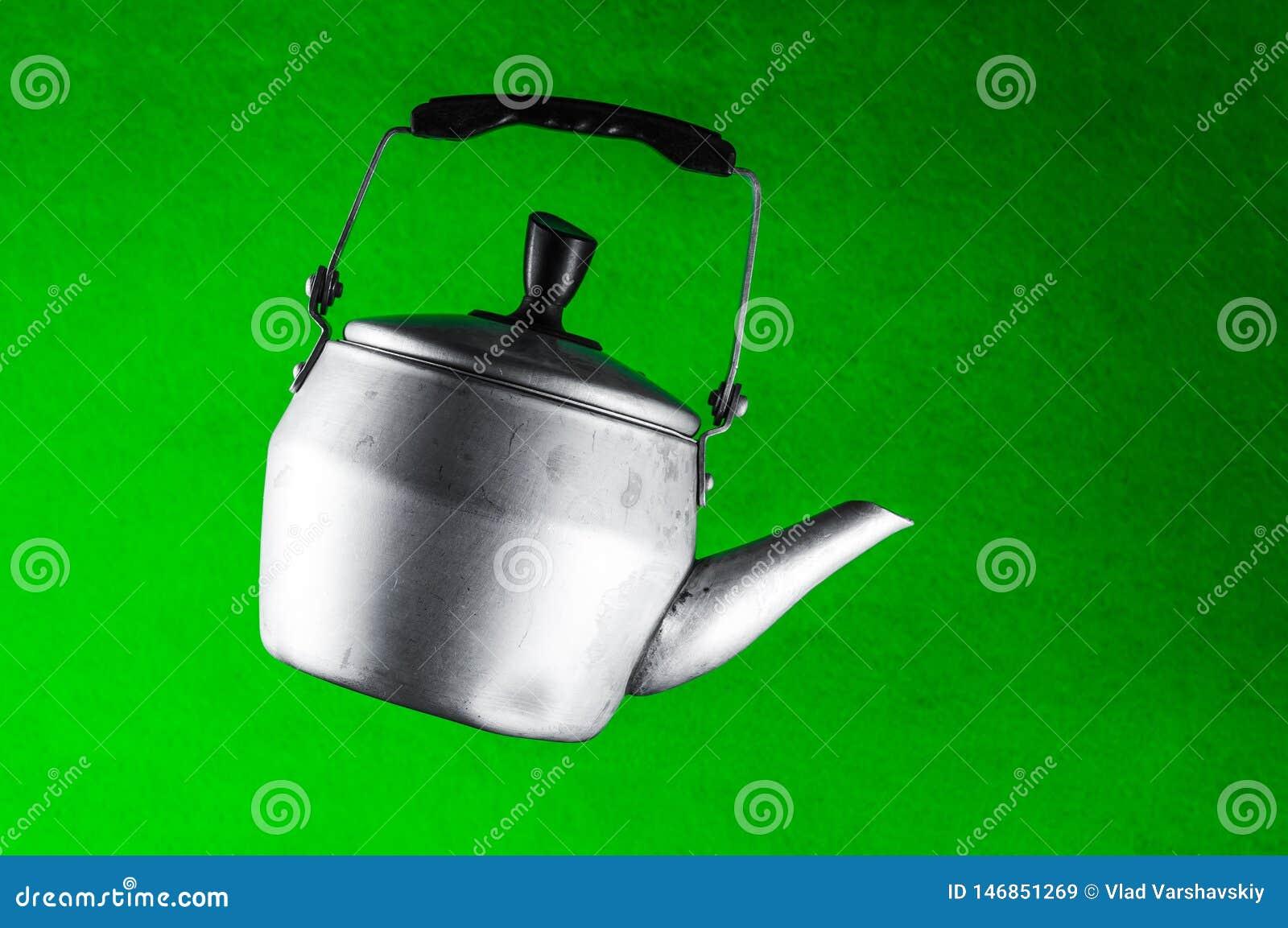 垂悬在天空中的酿造家庭茶的水壶