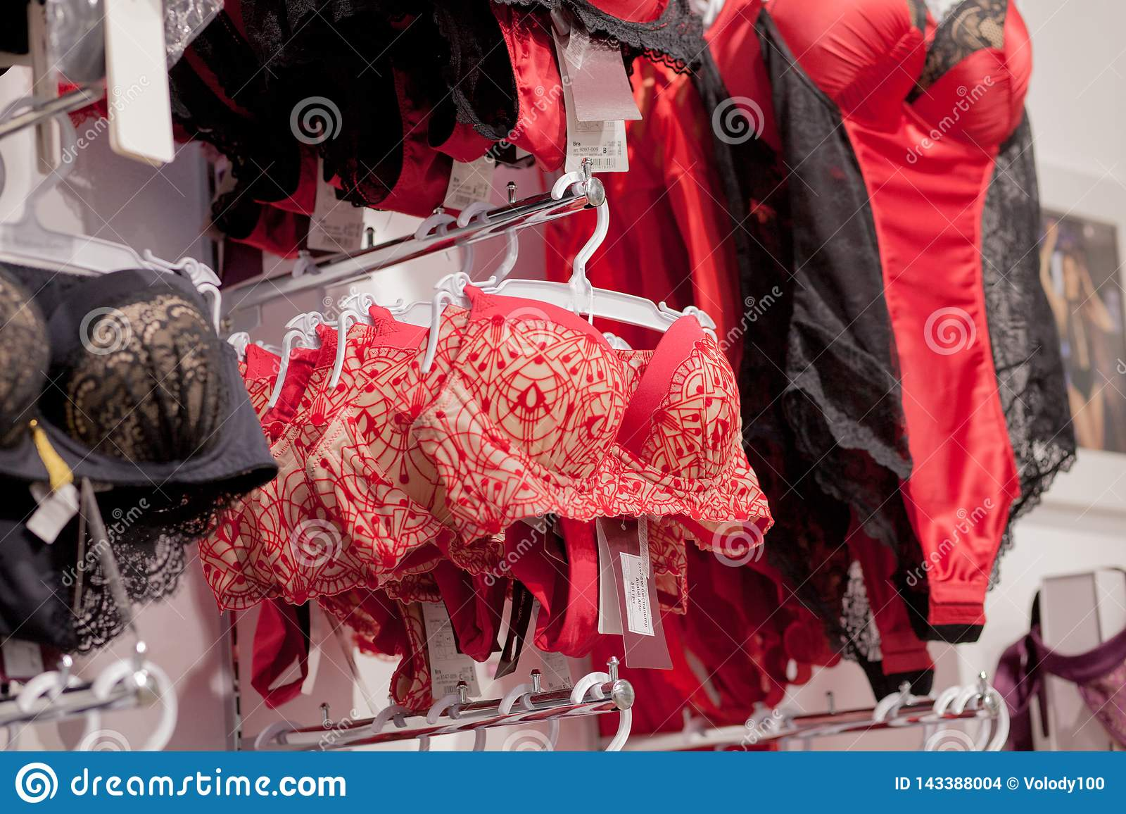 垂悬在女用贴身内衣裤内衣商店的胸罩Vareity 做广告,销售,时尚概念
