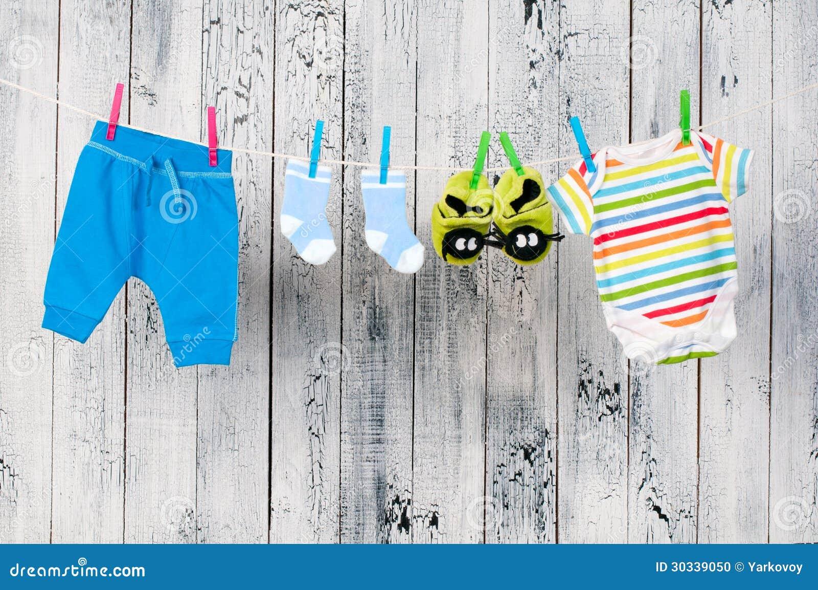 垂悬在晒衣绳的婴孩衣裳。