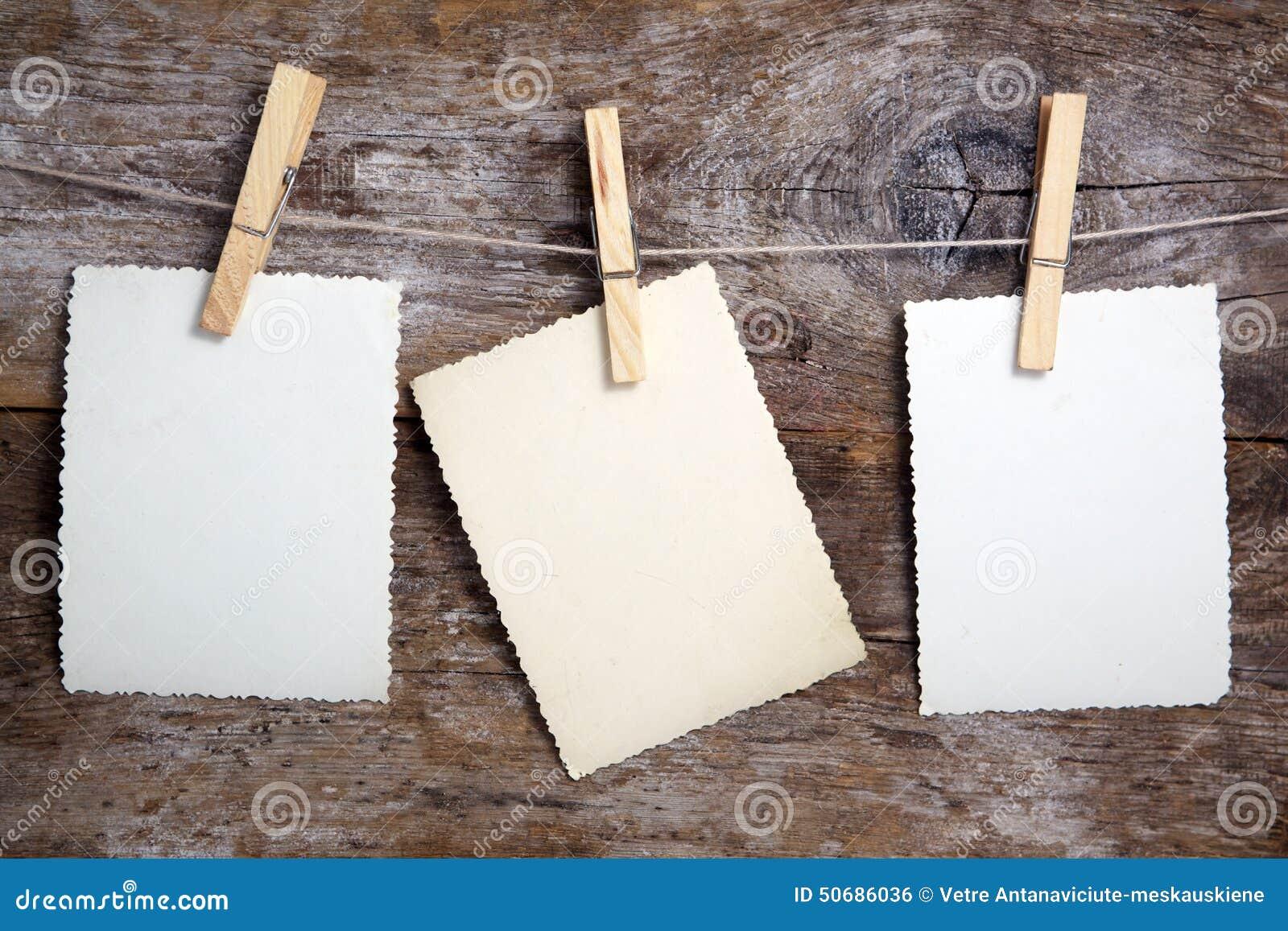 Download 垂悬在木头的照片 库存照片. 图片 包括有 模板, 衣裳, 附注, 会议室, 概念, grunge, 看板卡 - 50686036