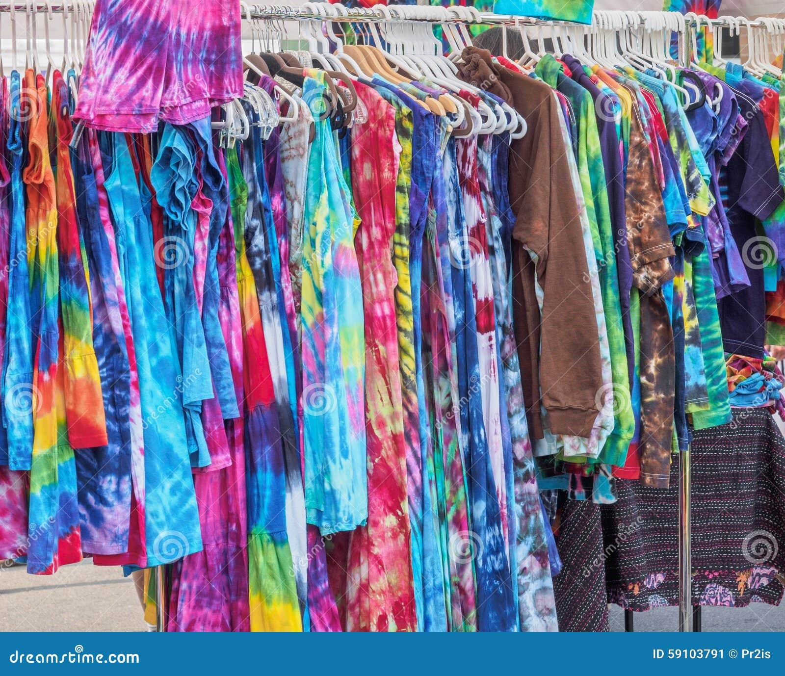 垂悬在街市上的夏天礼服