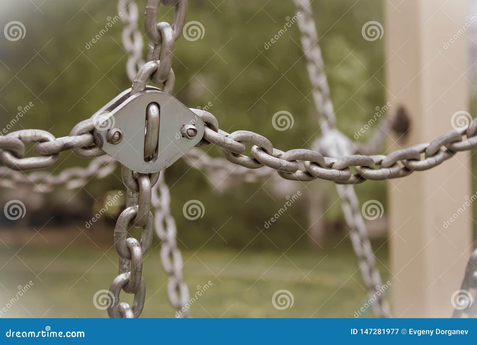垂悬的金属链子