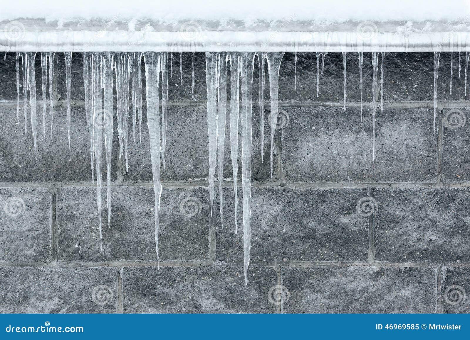 垂悬从屋顶房檐的冬天冰柱