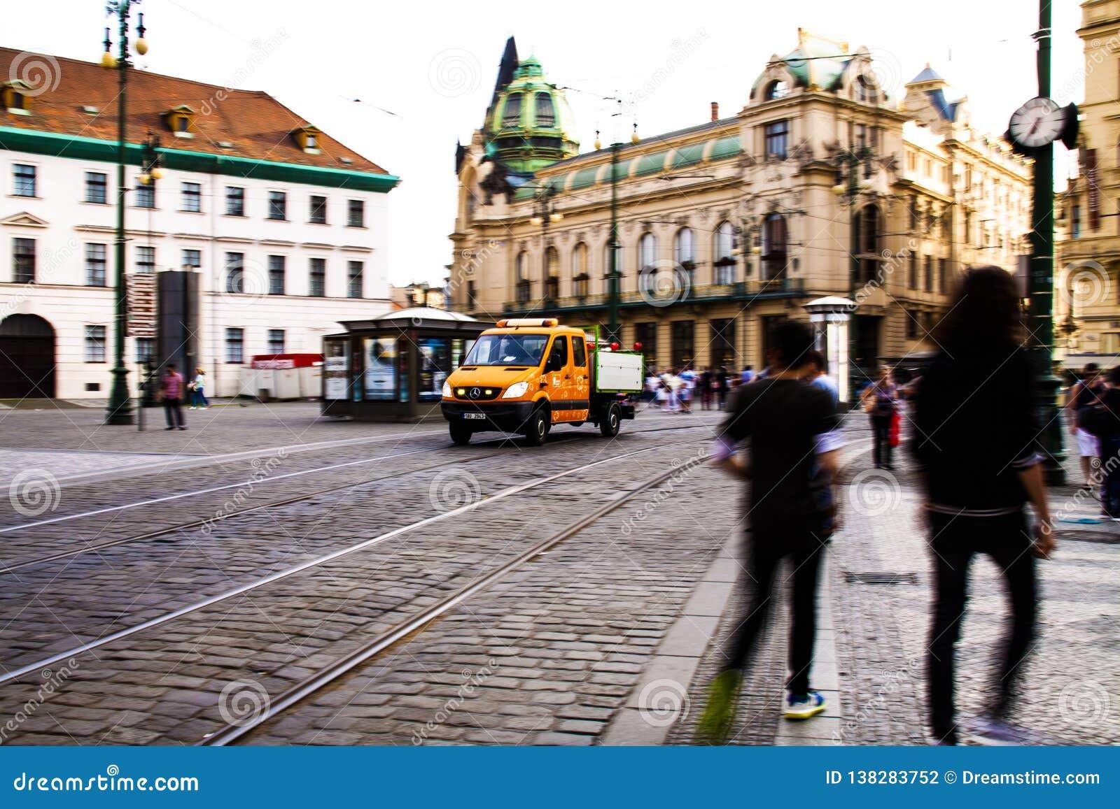 垃圾收集工和垃圾车在布拉格