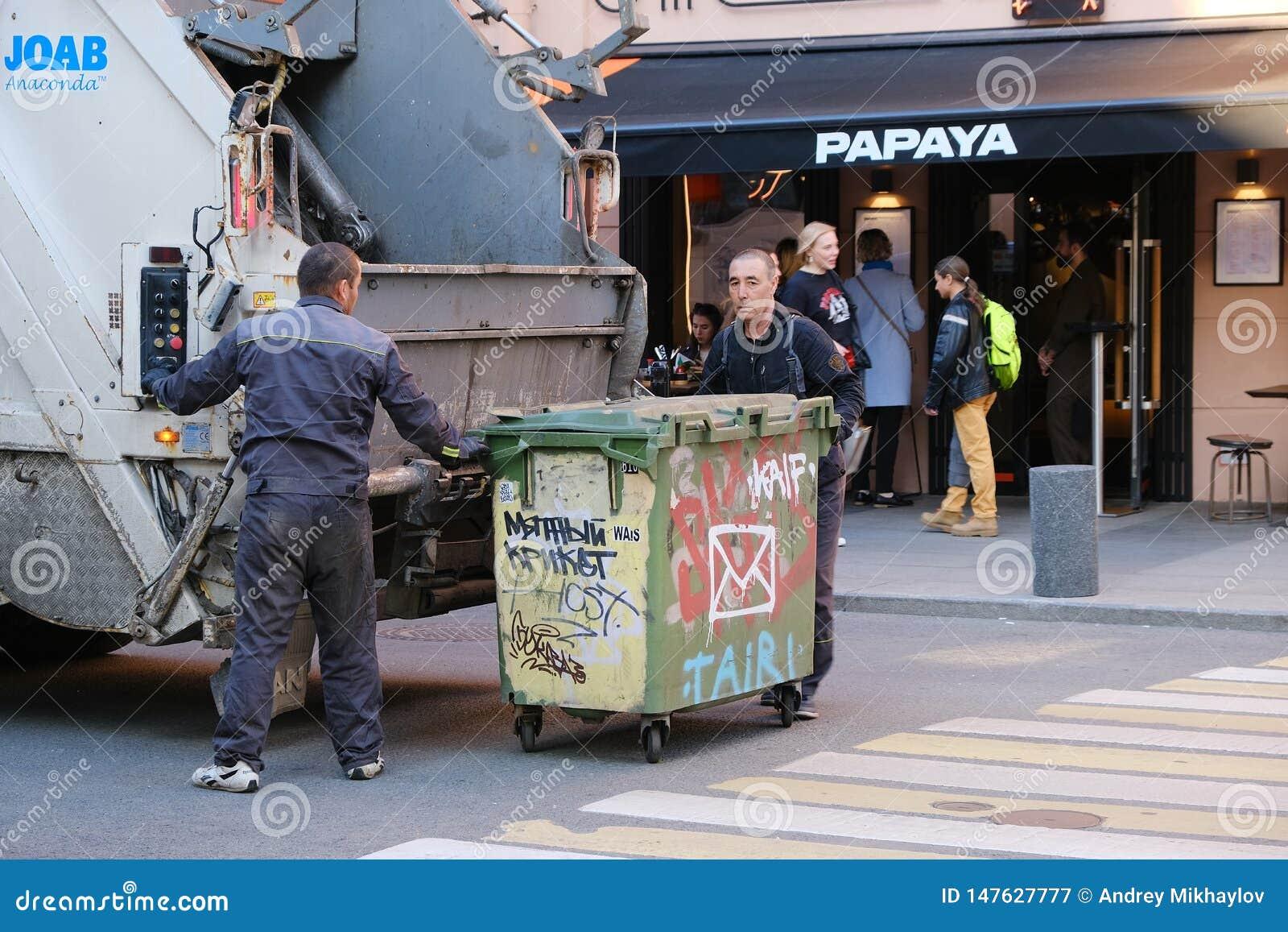 垃圾车下载垃圾的工作者从街道容器的 r ?? 05 14 2019?