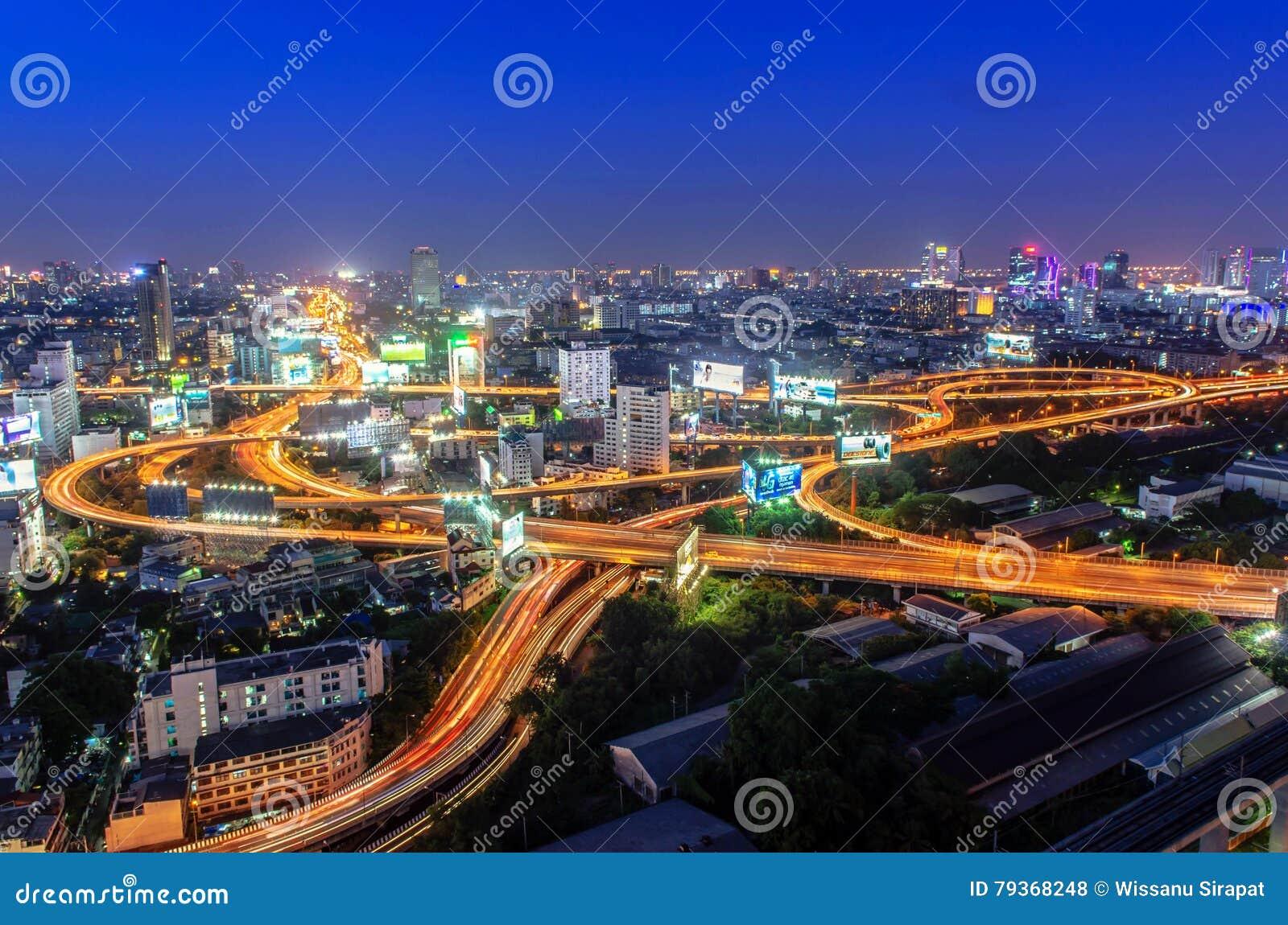 轻型车辆在高速公路黏附了在晚上在曼谷, Thailan