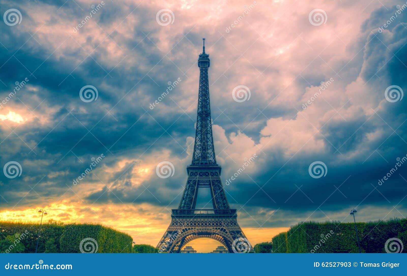 埃佛尔铁塔和云彩