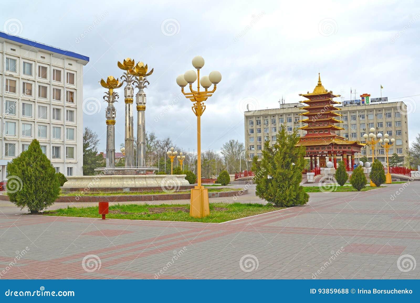 埃利斯塔,俄罗斯 莲喷泉和七天塔在列宁的摆正 卡尔梅克共和国
