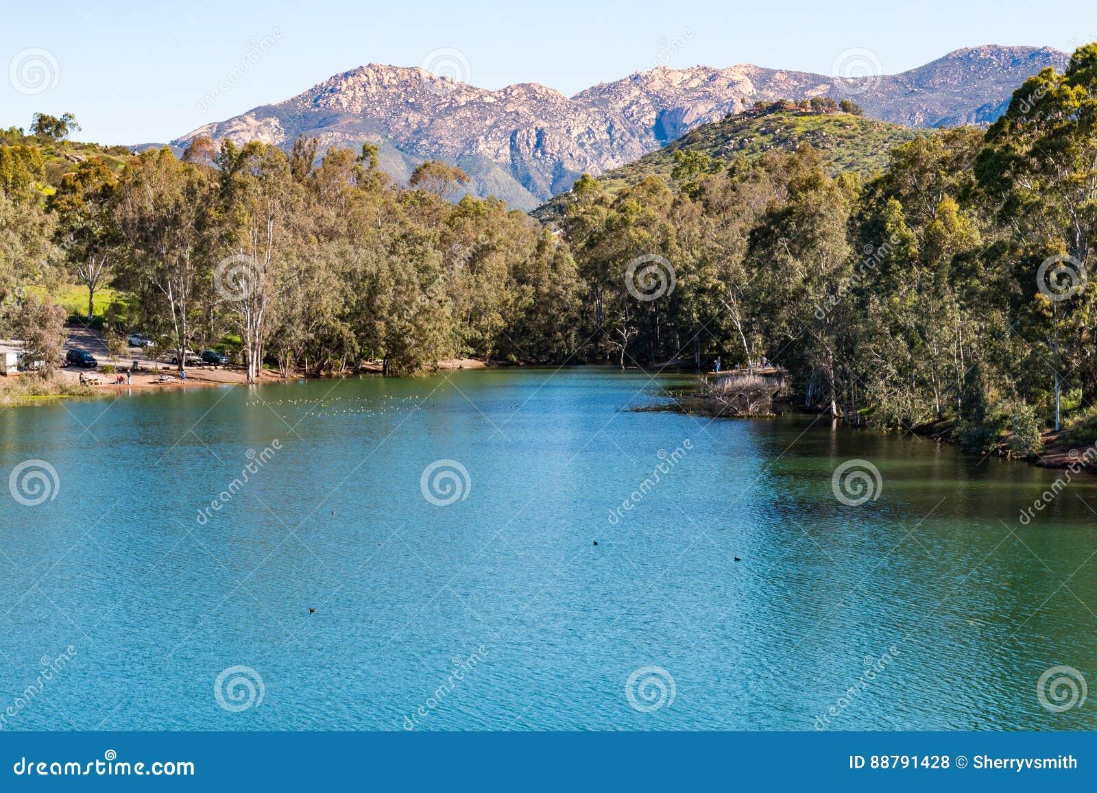 埃尔卡洪山和湖湖边的,加利福尼亚詹宁斯