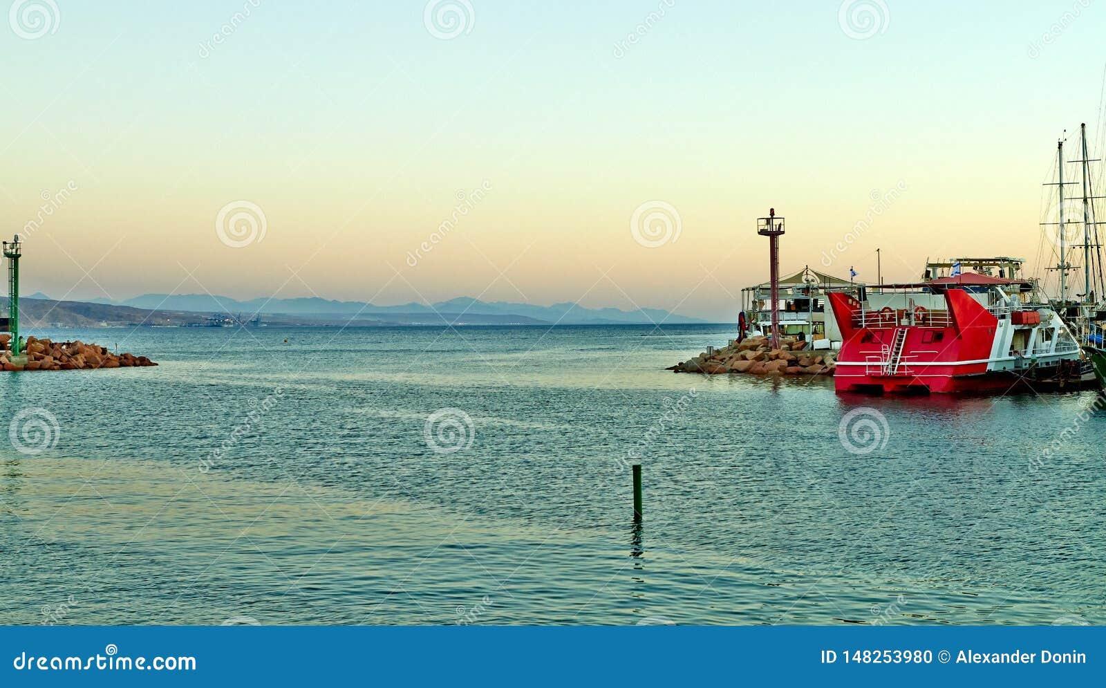 埃拉特海湾的看法与游艇的