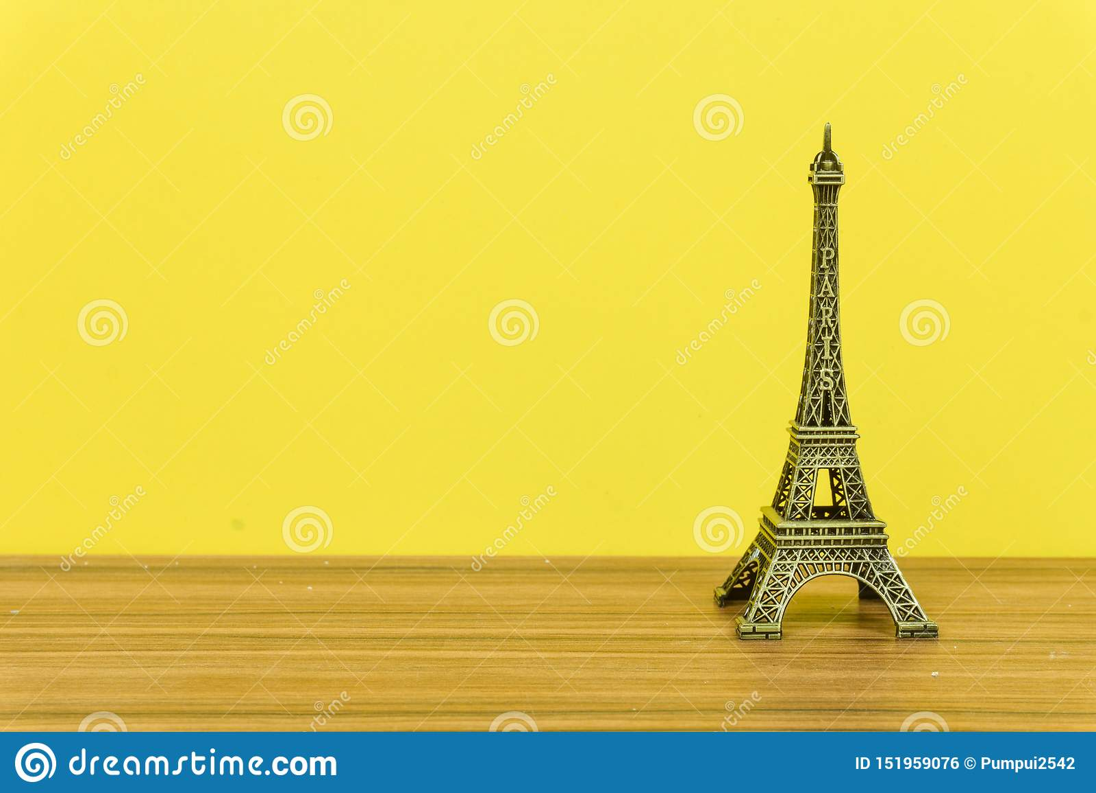 埃菲尔铁塔,巴黎,法国有黄色背景