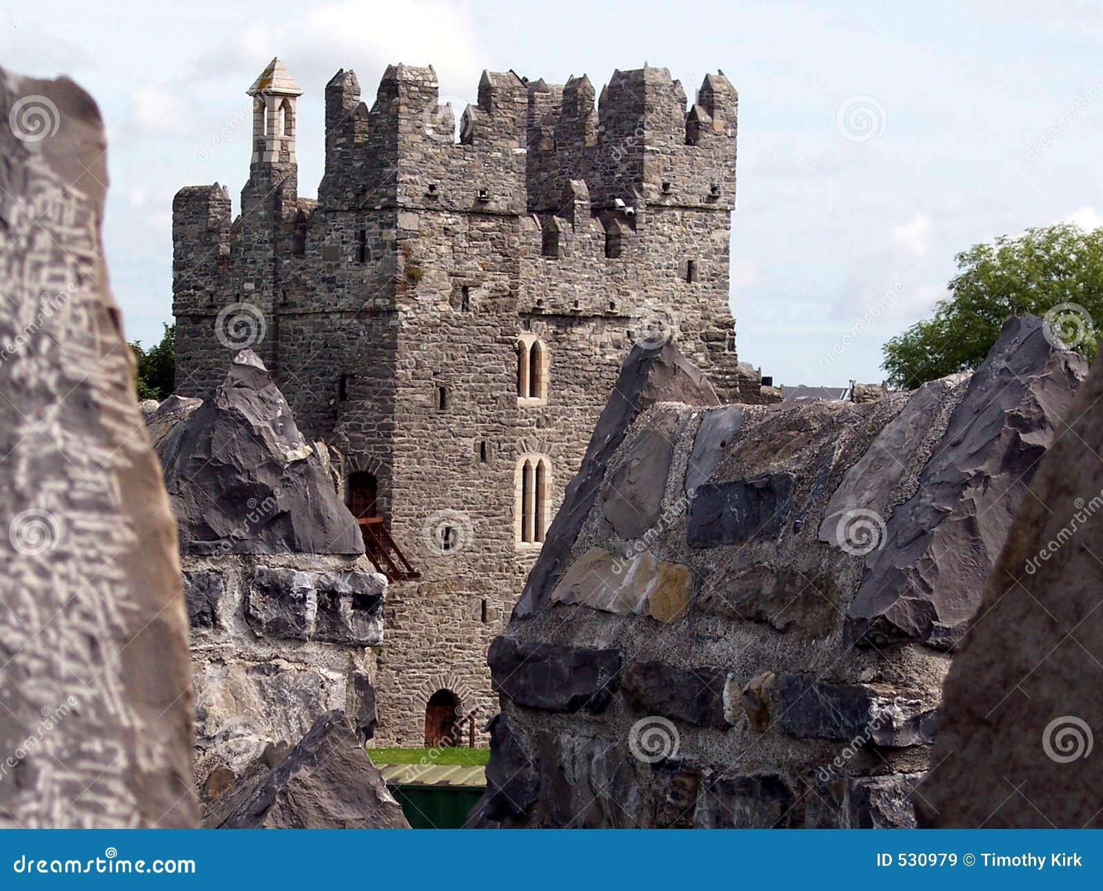 Download 城堡剑 库存图片. 图片 包括有 岩石, 王后, 战斗, 石头, 阴云密布, 蓝色, 塔楼, 扶手, 强制, 灰色 - 530979