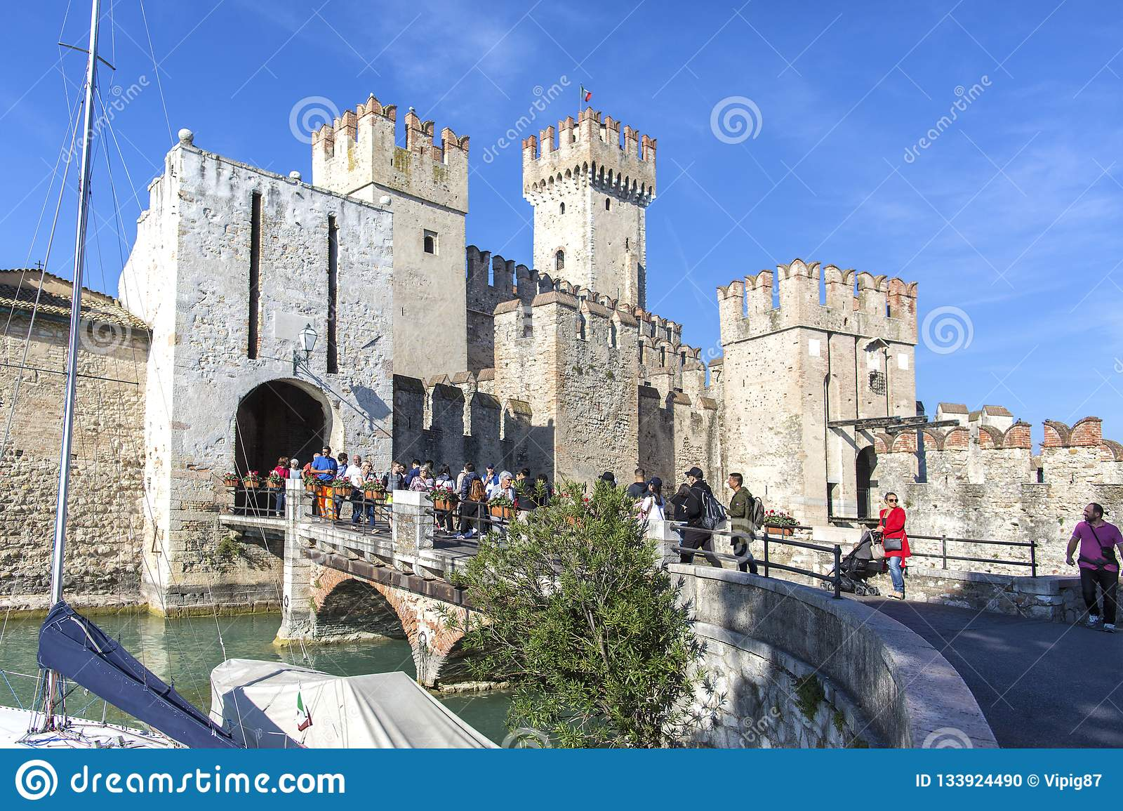 城堡在西尔苗内- 2018年10月2日:看法对中世纪Rocca Scaligera城堡13世纪在Garda湖的西尔苗内镇