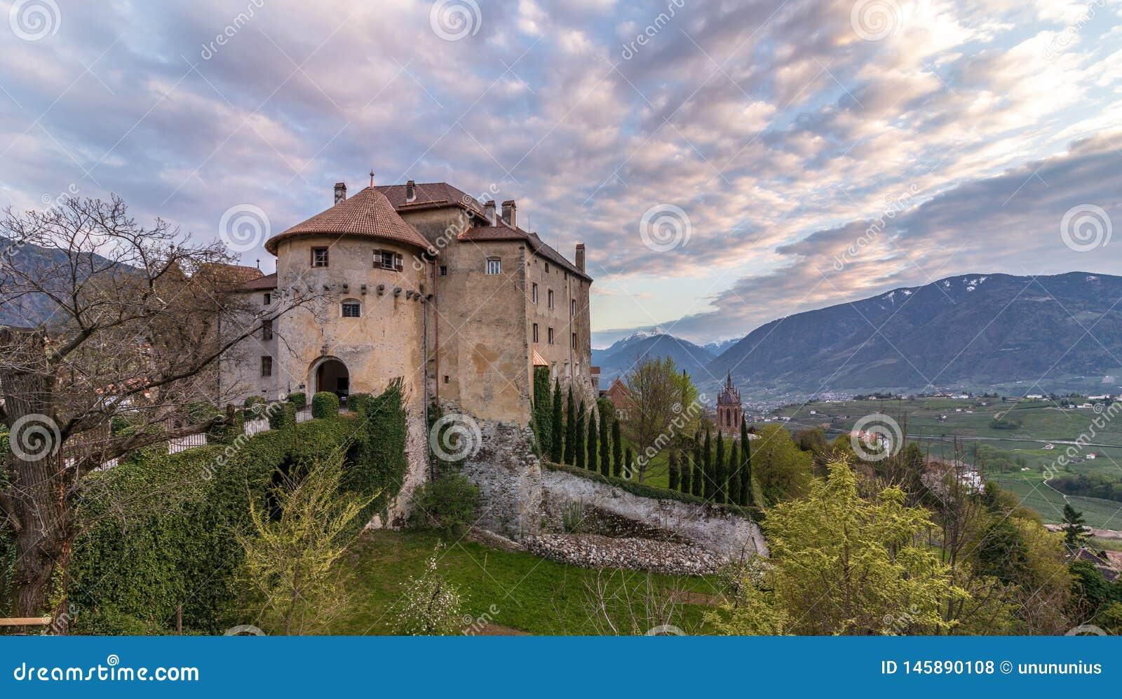 城堡在Meran附近的谢纳Scena全景在日落期间 谢纳,省波尔查诺,波尔扎诺自治省,意大利