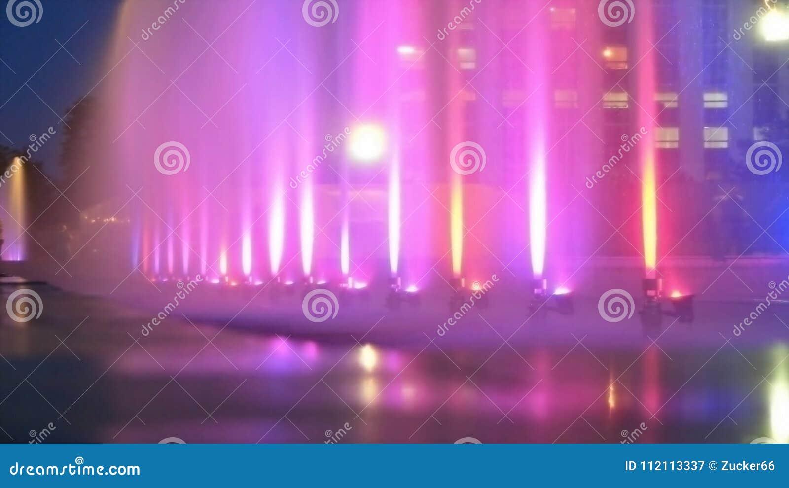 城市作为背景的颜色喷泉