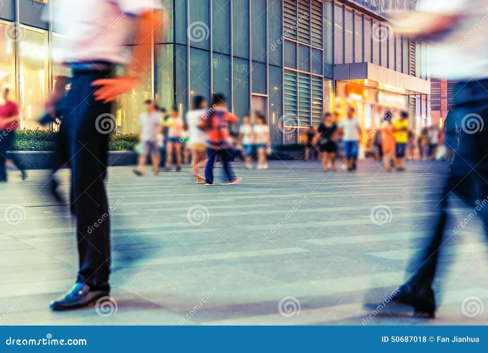 Download 城市商业街和游人 库存照片. 图片 包括有 商业, 布琼布拉, 购物, 城市, 游人, 步行者, 迅速地 - 50687018