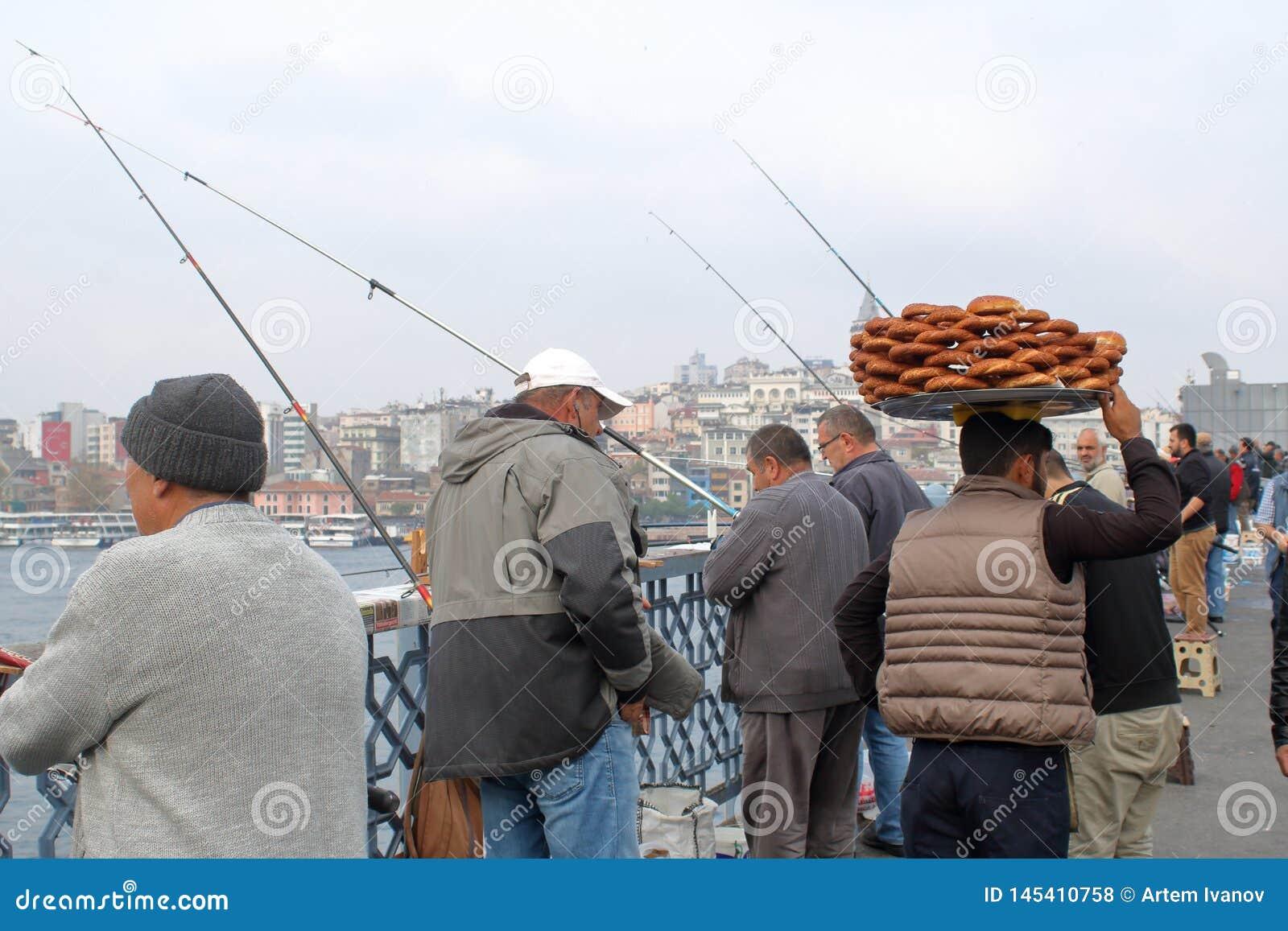 城市场面 在渔夫之间的小贩百吉卷加拉塔桥梁的