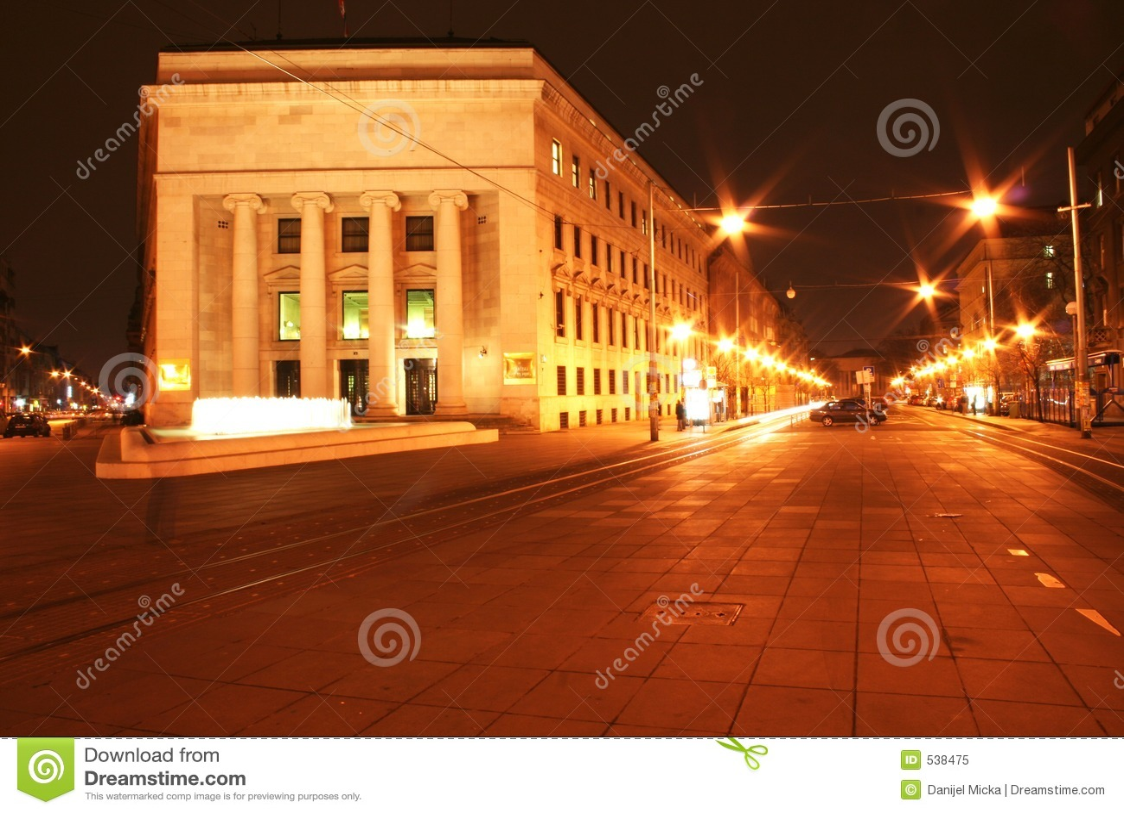 Download 城市晚上 库存图片. 图片 包括有 布琼布拉, 街道, 横向, 正方形, 都市风景, 室外, 拱道, 城市, 喷泉 - 538475