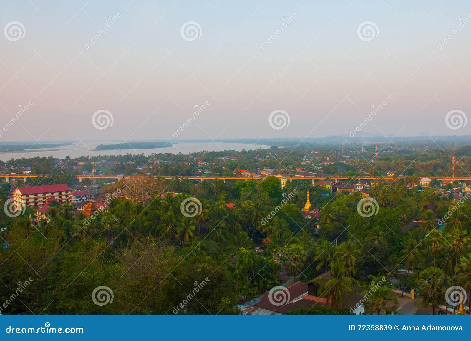 城市毛淡棉的顶视图从塔Kyaik Tan Lan的 缅甸 缅甸