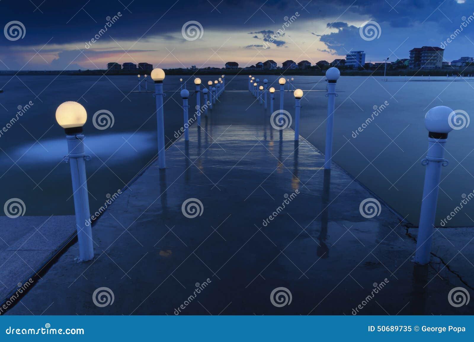 Download 城市点燃晚上场面 库存图片. 图片 包括有 静音, 休息室, 风险, 日落, 场面, 平安, constanta - 50689735