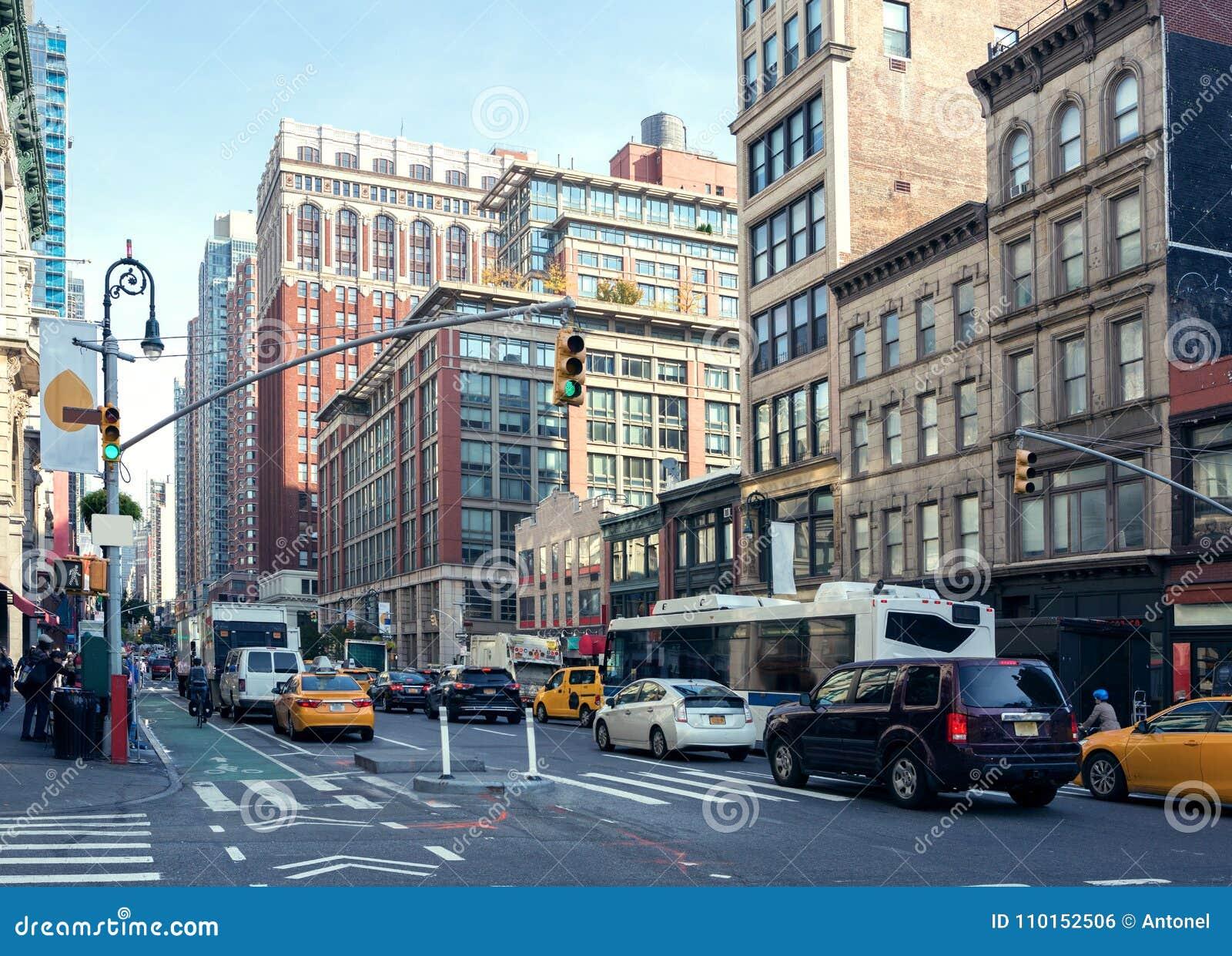 城市生活和交通在曼哈顿大道夫人`英里历史的区在白天,纽约,美国