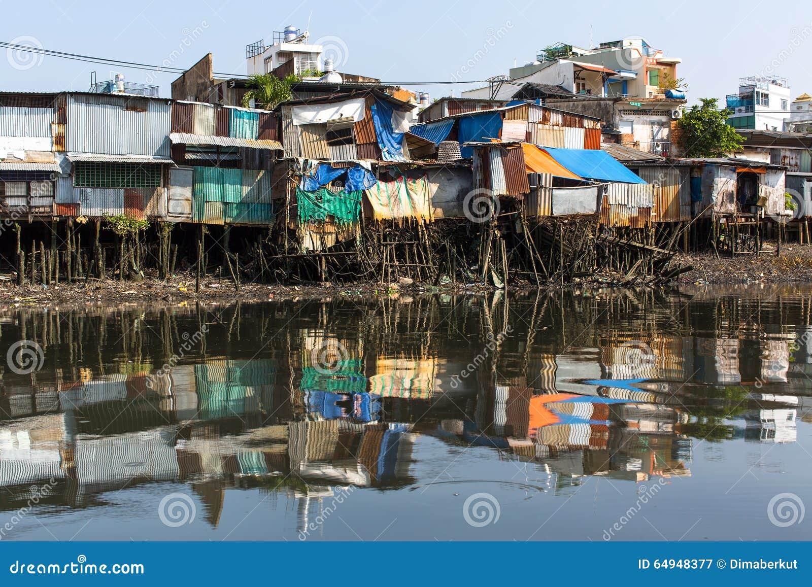 城市的贫民窟的看法从河的
