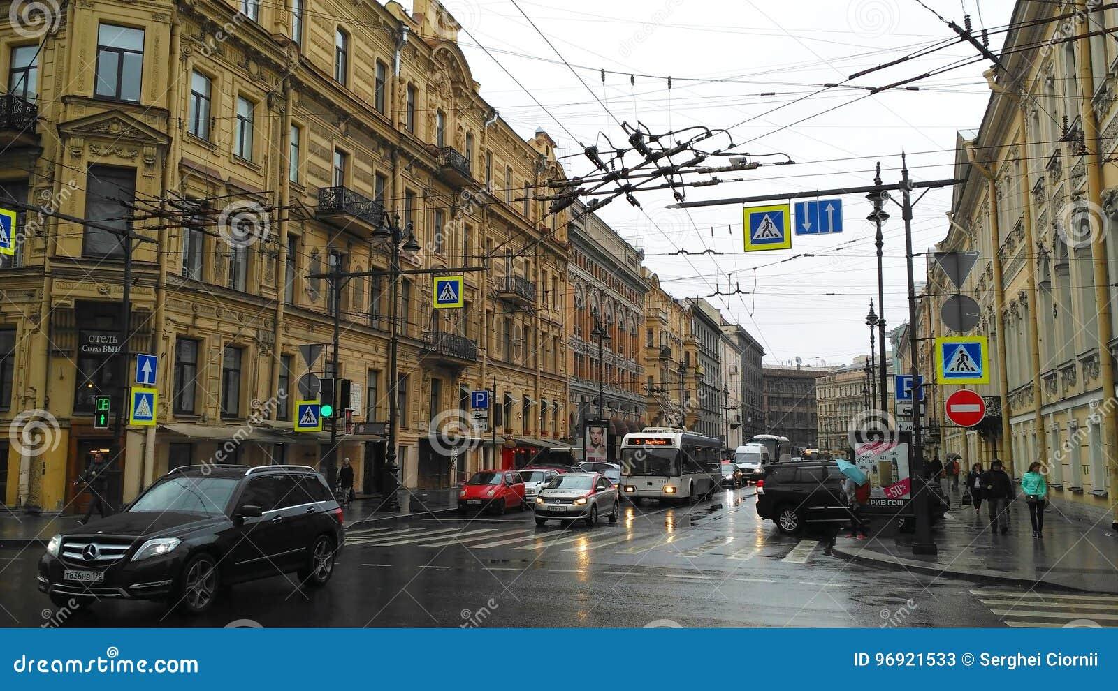 城市街道在一个雨天