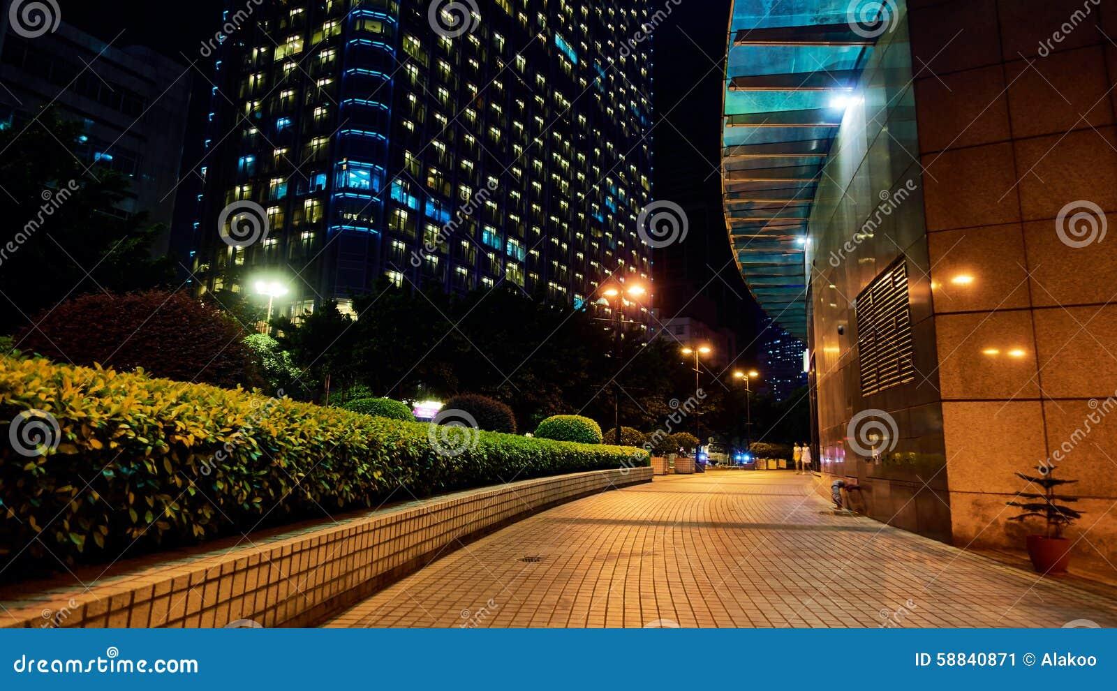 城市边路街道视图夜场面