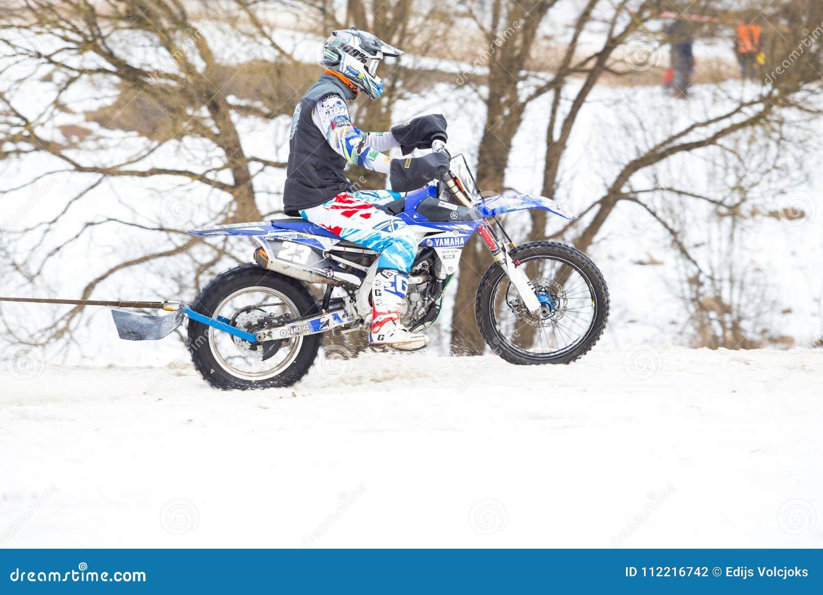 城市Cesis,拉脱维亚,冬天摩托车越野赛,与摩托车的司机和