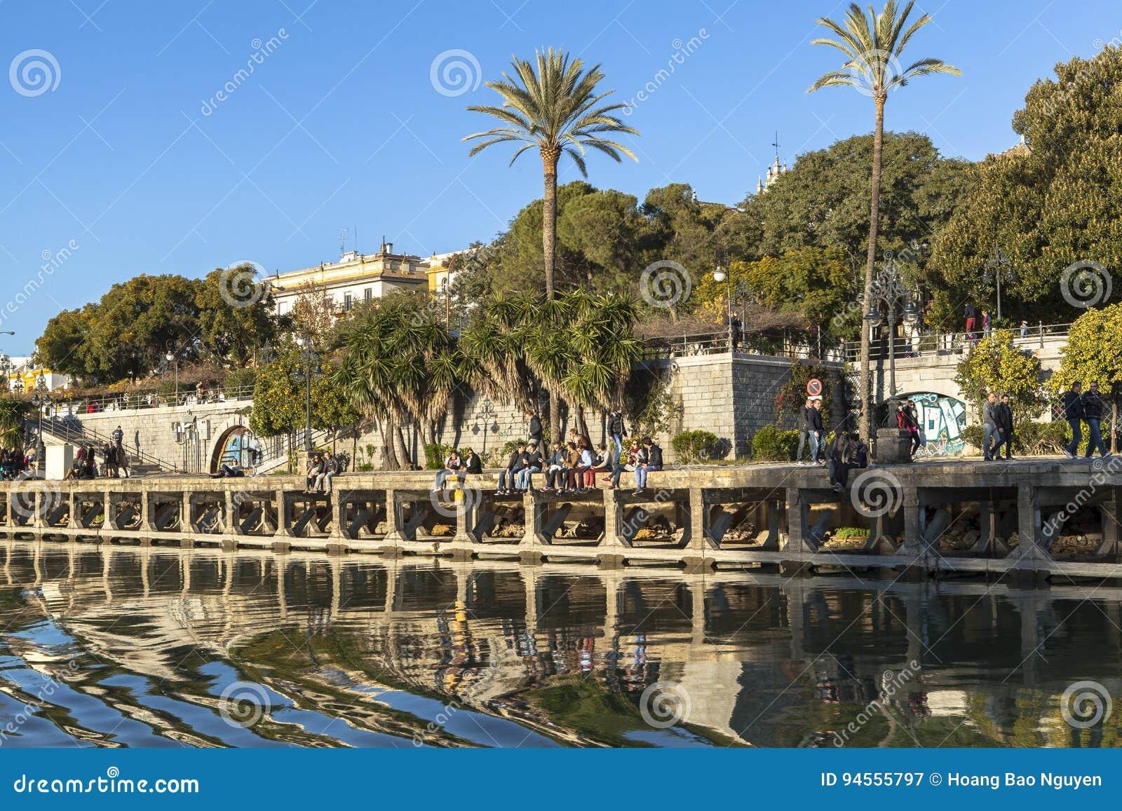 2012年城市guadalquivir重要7月地标,一旦照片河运行真塞维利亚西班牙仍然被采取的旅游的通过非常是哪些