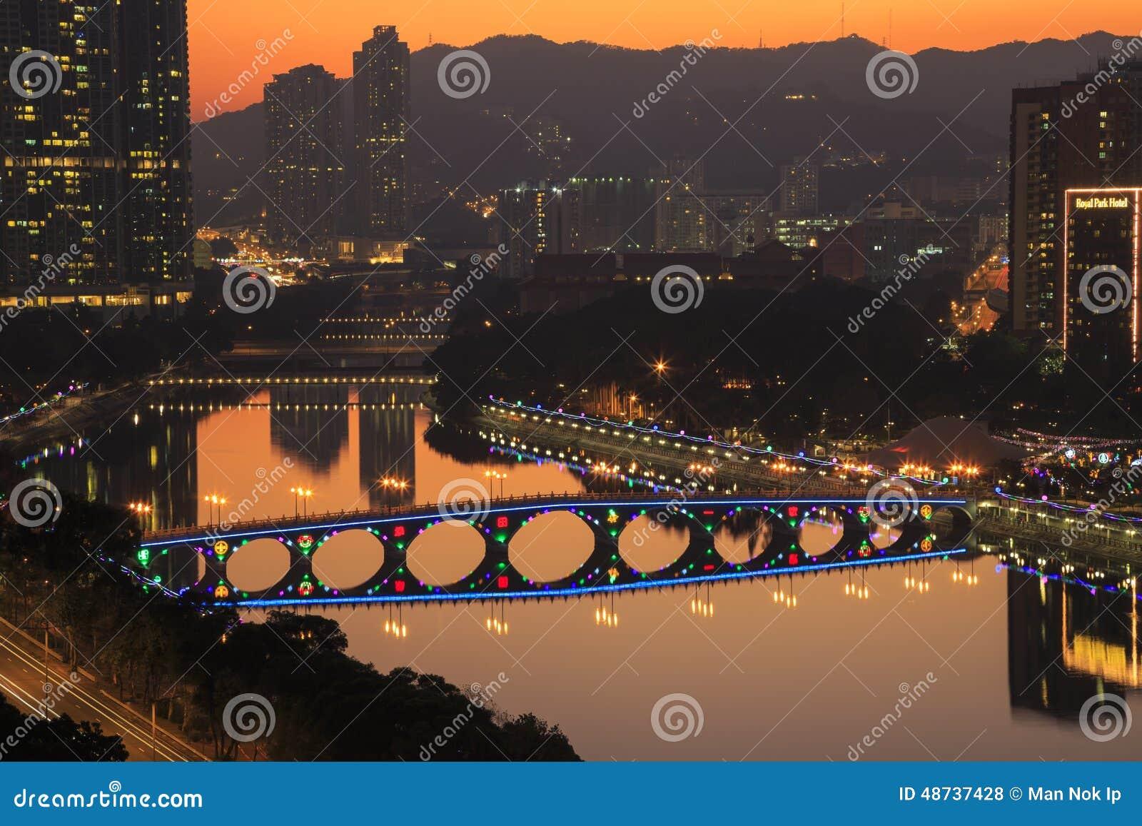 城门河日落视图有圣诞节装饰的在Shatin, 2015年12月31日的香港