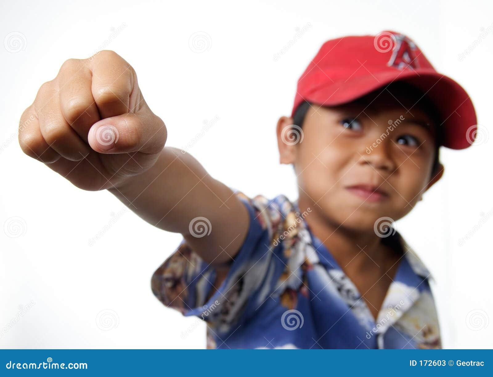 培养战胜年轻人的男孩拳头