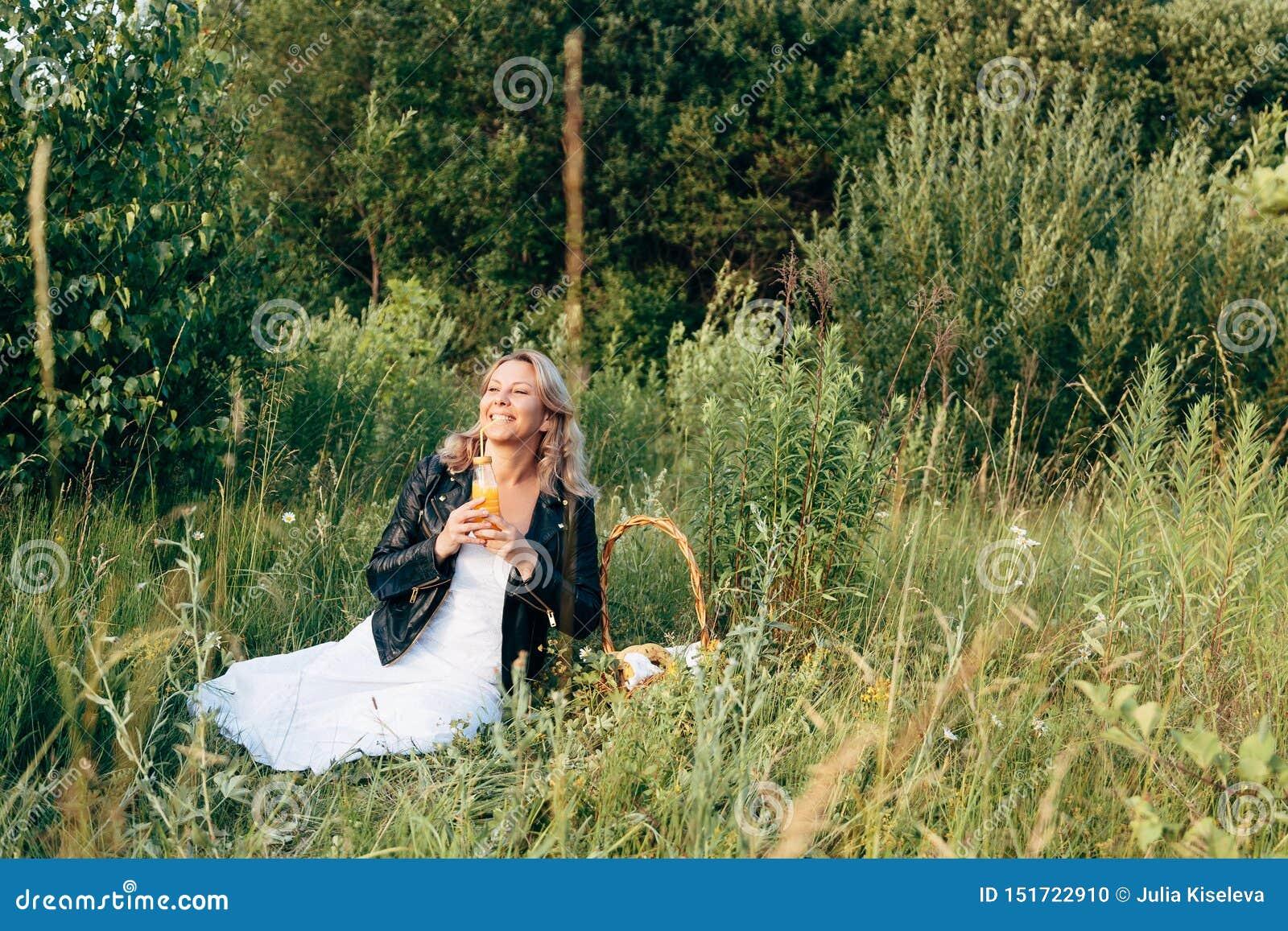 基于一顿野餐的美丽的少女在夏天