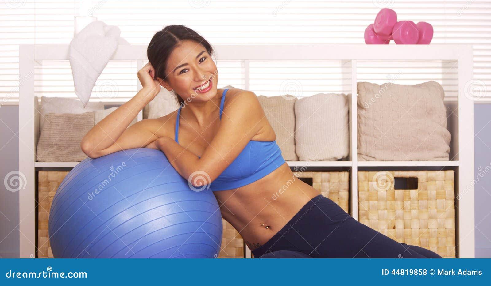 基于锻炼球的微笑的日本妇女
