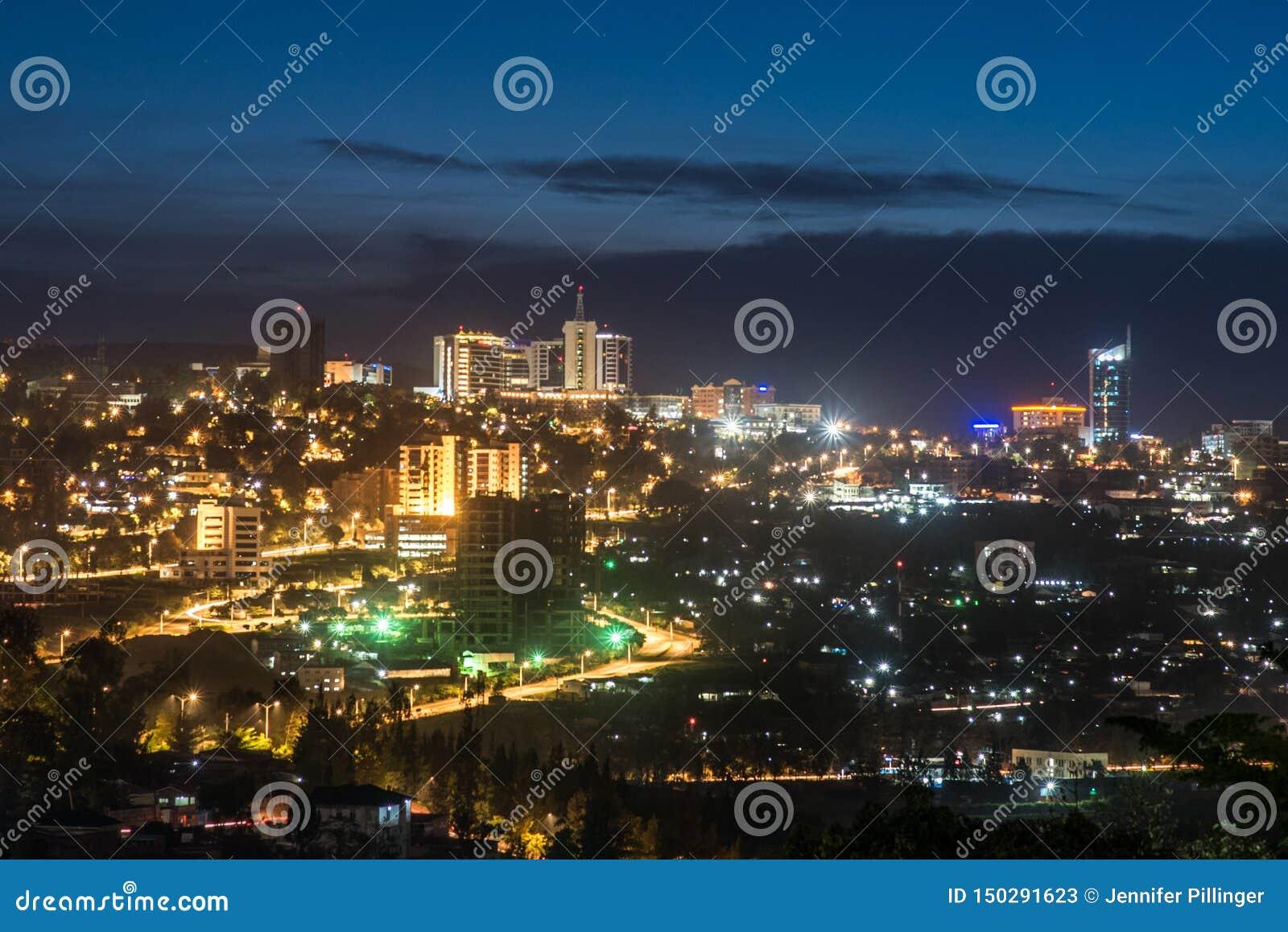基加利在晚上和周边地区被打开的市中心地平线