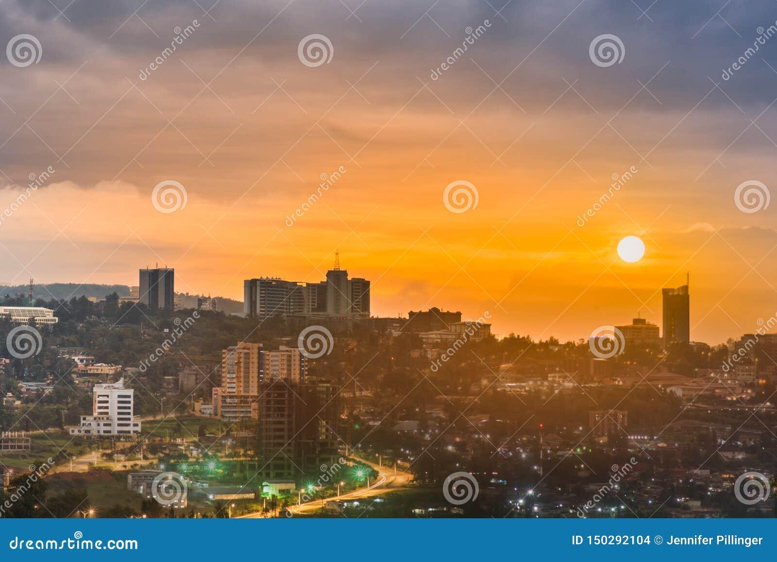 基加利市中心地平线的一综合图象和周围在白天,日落和在晚上 卢旺达